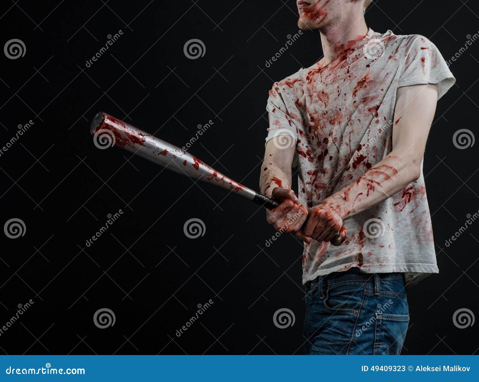 Download Blutiges Thema: Der Kerl In Einem Blutigen T-Shirt, Das Einen Blutigen Schläger Auf Einem Schwarzen Hintergrund Hält Stockbild - Bild von getrennt, schwarzes: 49409323