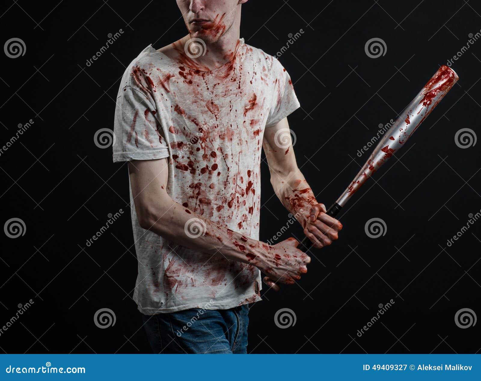 Download Blutiges Thema: Der Kerl In Einem Blutigen T-Shirt, Das Einen Blutigen Schläger Auf Einem Schwarzen Hintergrund Hält Stockbild - Bild von verbrechen, kampf: 49409327