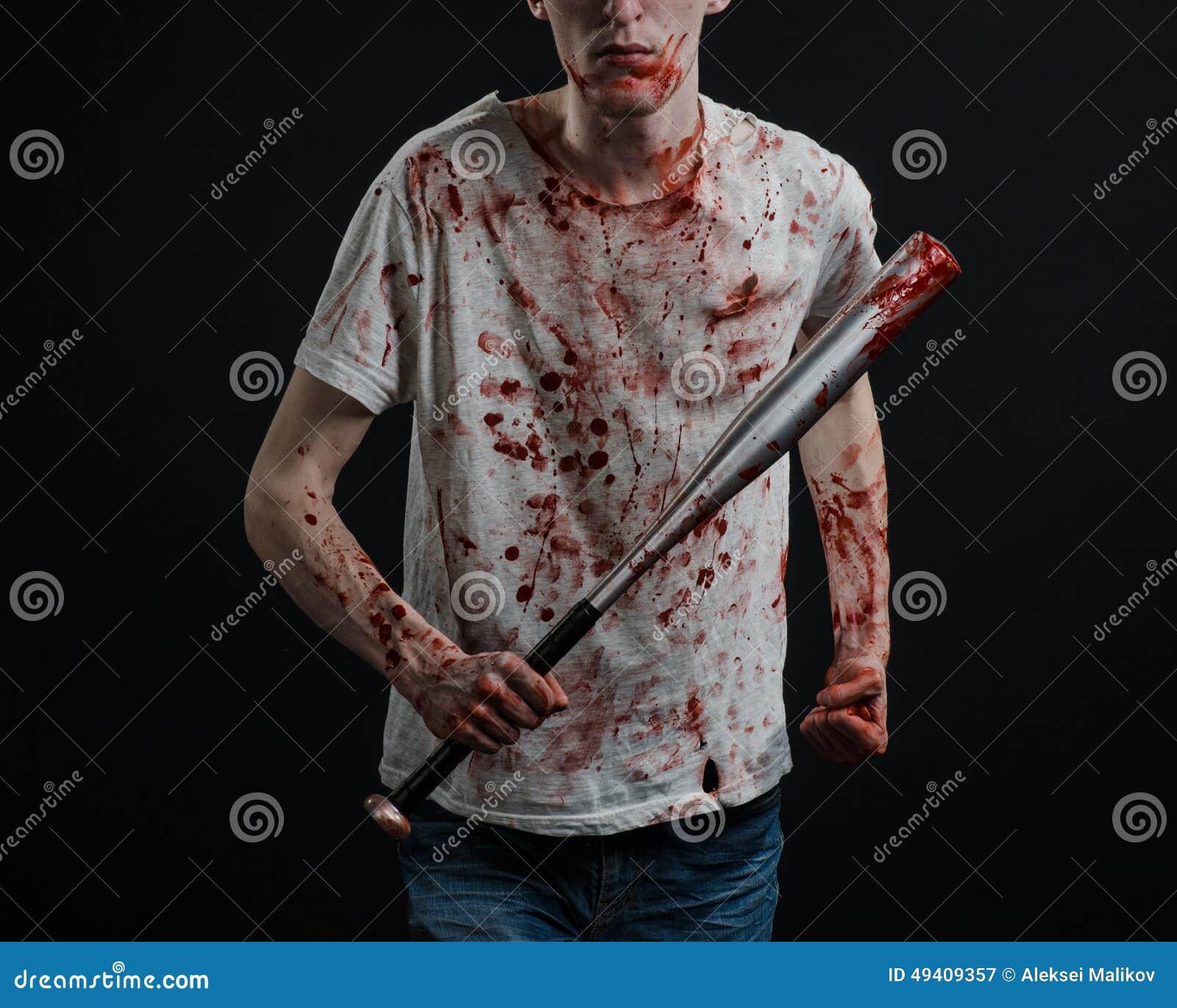 Download Blutiges Thema: Der Kerl In Einem Blutigen T-Shirt, Das Einen Blutigen Schläger Auf Einem Schwarzen Hintergrund Hält Stockbild - Bild von kriminell, angriff: 49409357