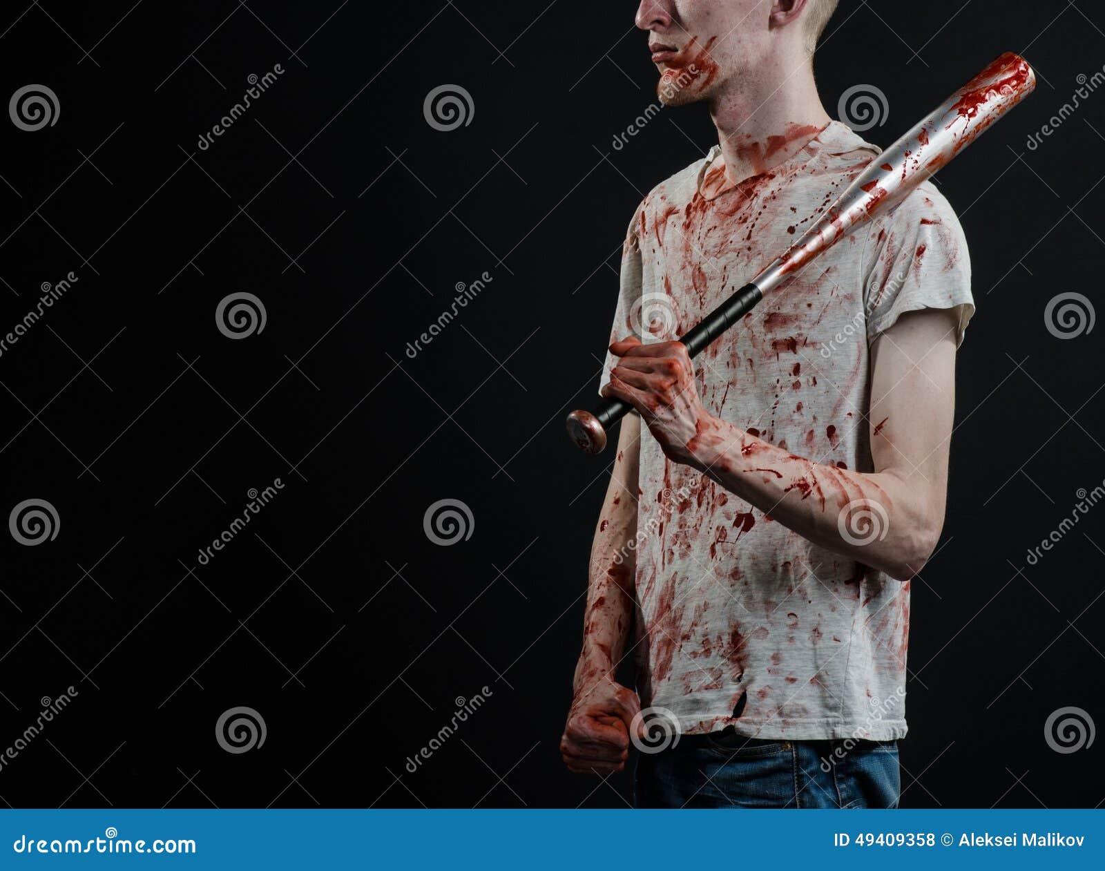Download Blutiges Thema: Der Kerl In Einem Blutigen T-Shirt, Das Einen Blutigen Schläger Auf Einem Schwarzen Hintergrund Hält Stockfoto - Bild von kriminell, rowdy: 49409358