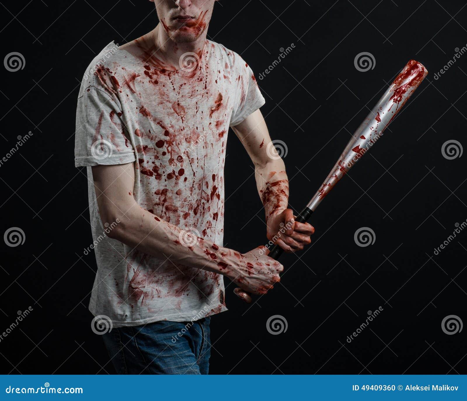 Download Blutiges Thema: Der Kerl In Einem Blutigen T-Shirt, Das Einen Blutigen Schläger Auf Einem Schwarzen Hintergrund Hält Stockfoto - Bild von blutig, mann: 49409360