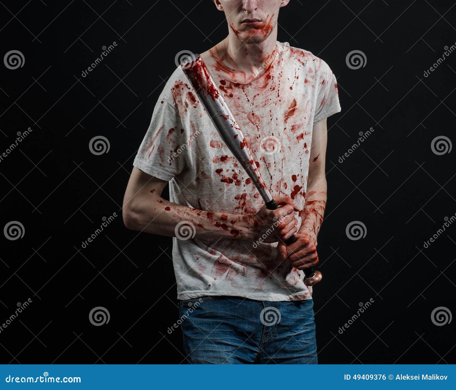Download Blutiges Thema: Der Kerl In Einem Blutigen T-Shirt, Das Einen Blutigen Schläger Auf Einem Schwarzen Hintergrund Hält Stockfoto - Bild von kriminell, verbrechen: 49409376