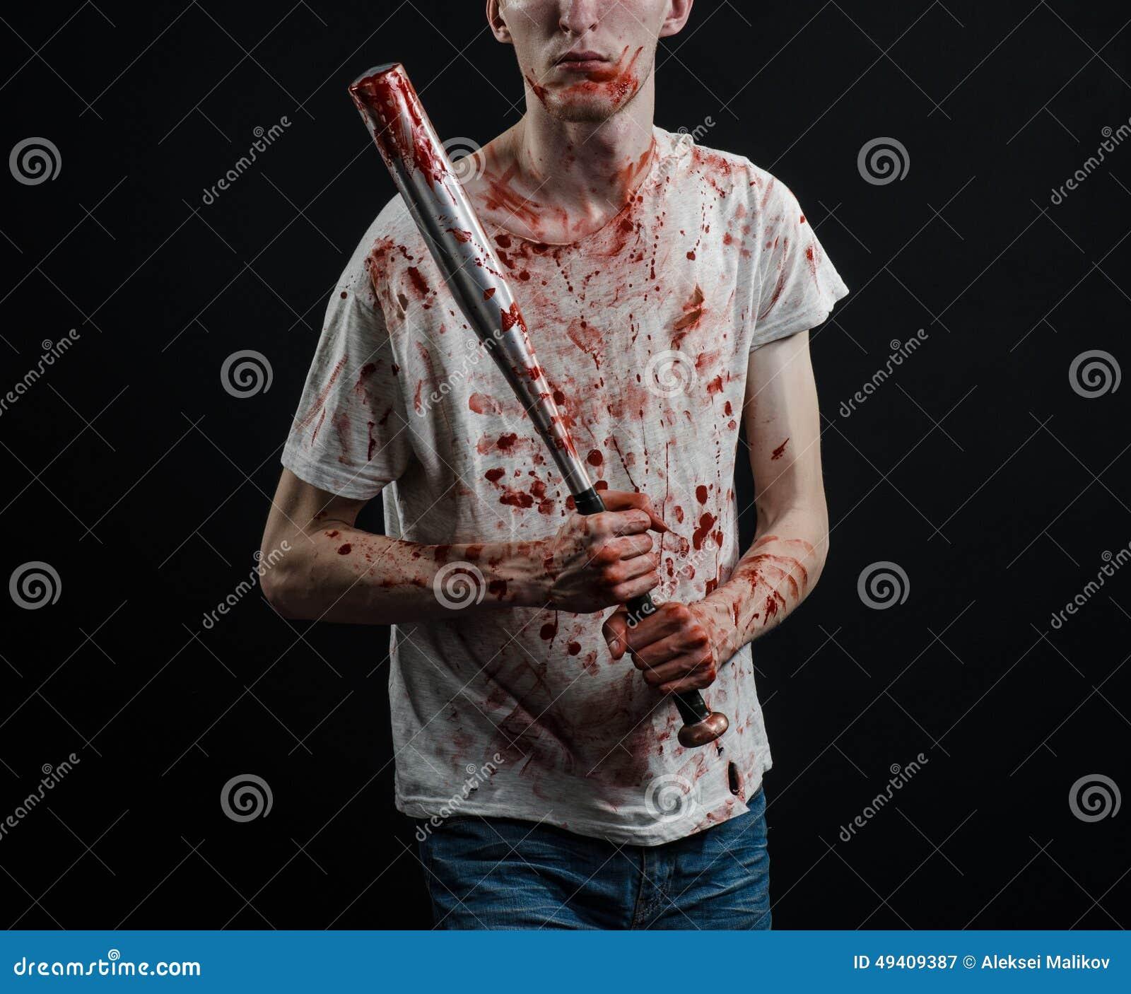 Download Blutiges Thema: Der Kerl In Einem Blutigen T-Shirt, Das Einen Blutigen Schläger Auf Einem Schwarzen Hintergrund Hält Stockbild - Bild von getrennt, kerl: 49409387