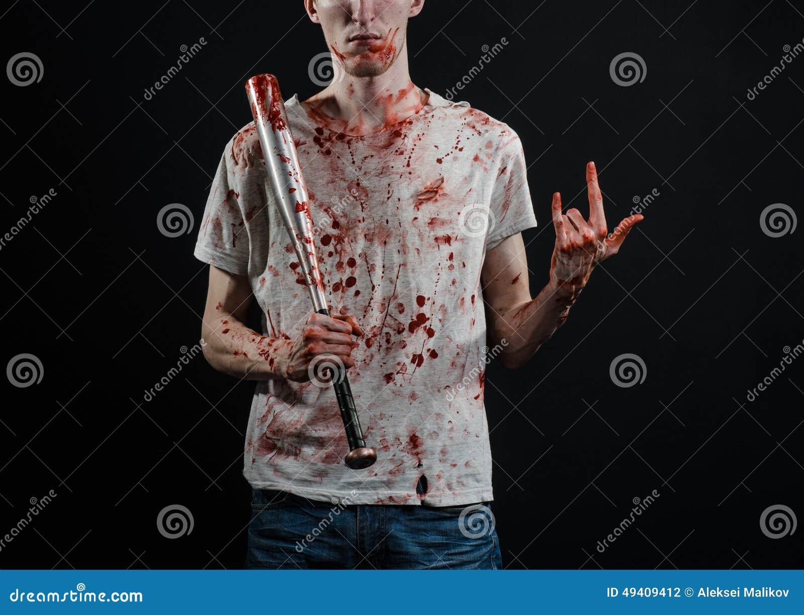 Download Blutiges Thema: Der Kerl In Einem Blutigen T-Shirt, Das Einen Blutigen Schläger Auf Einem Schwarzen Hintergrund Hält Stockfoto - Bild von kampf, grausam: 49409412