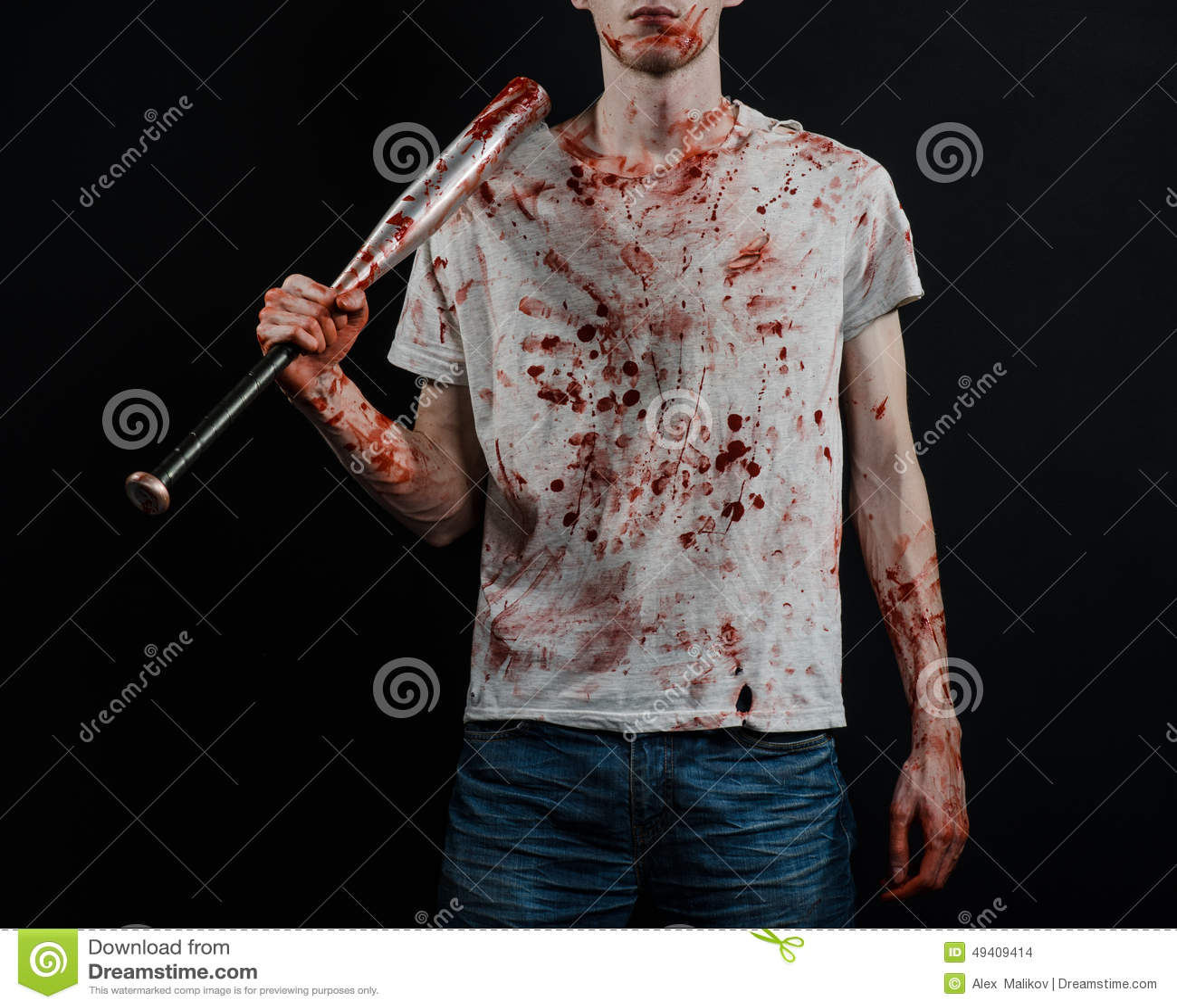 Download Blutiges Thema: Der Kerl In Einem Blutigen T-Shirt, Das Einen Blutigen Schläger Auf Einem Schwarzen Hintergrund Hält Stockfoto - Bild von schlacht, kaukasisch: 49409414