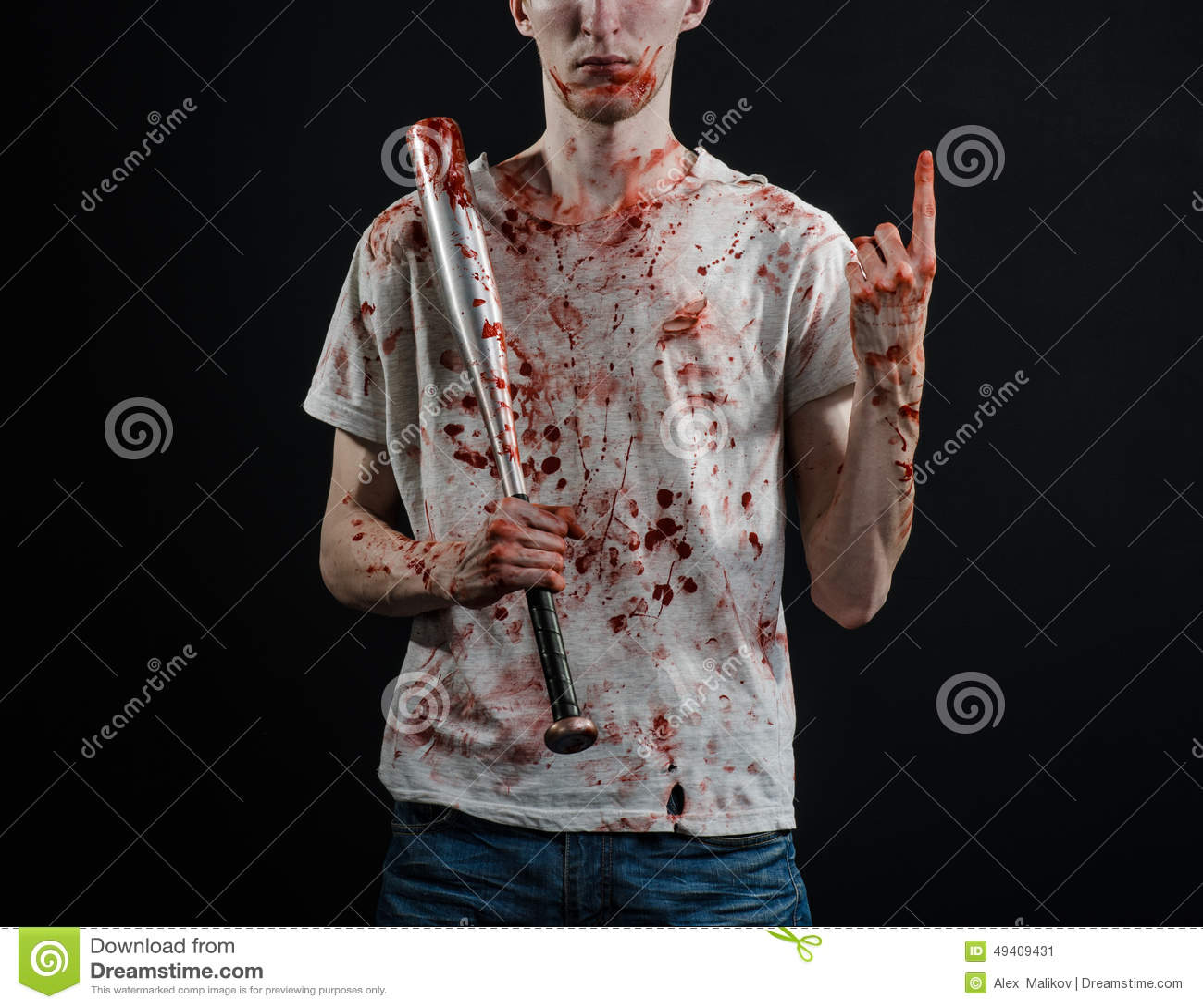 Download Blutiges Thema: Der Kerl In Einem Blutigen T-Shirt, Das Einen Blutigen Schläger Auf Einem Schwarzen Hintergrund Hält Stockbild - Bild von halloween, gruppe: 49409431