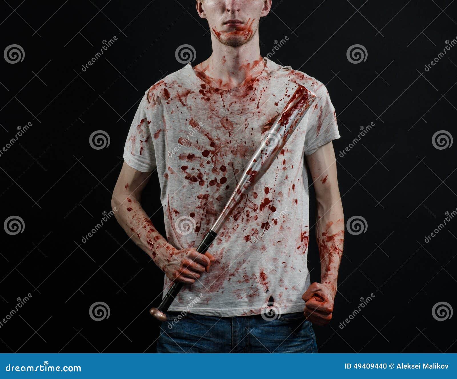 Download Blutiges Thema: Der Kerl In Einem Blutigen T-Shirt, Das Einen Blutigen Schläger Auf Einem Schwarzen Hintergrund Hält Stockfoto - Bild von hintergrund, hand: 49409440