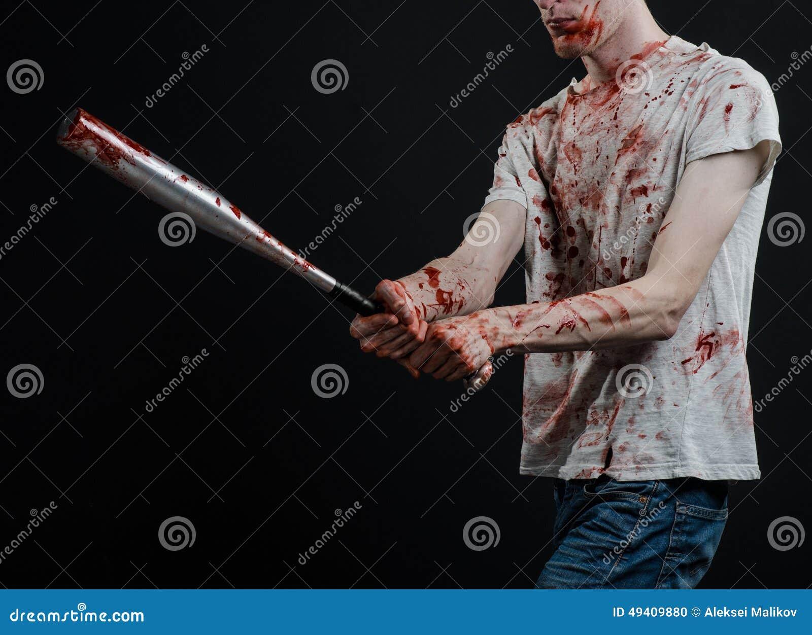 Download Blutiges Thema: Der Kerl In Einem Blutigen T-Shirt, Das Einen Blutigen Schläger Auf Einem Schwarzen Hintergrund Hält Stockfoto - Bild von halloween, grausam: 49409880