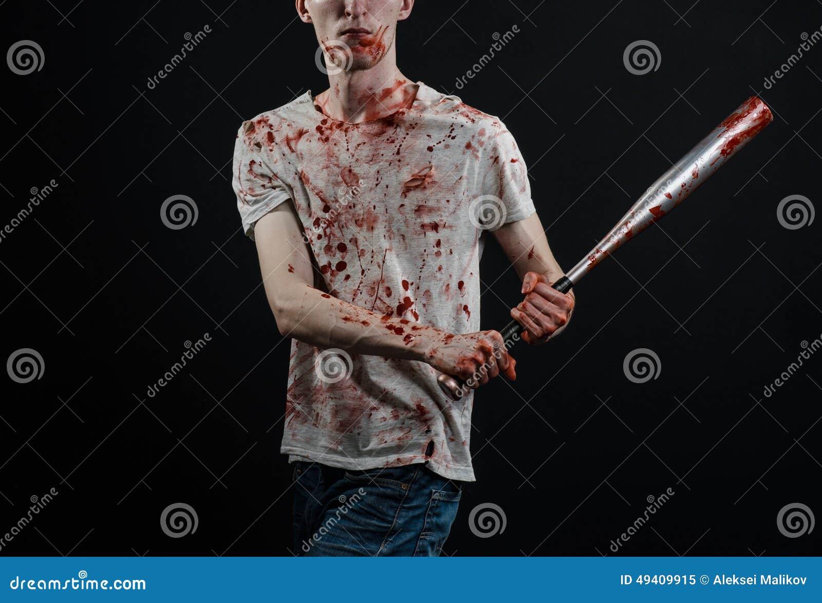 Download Blutiges Thema: Der Kerl In Einem Blutigen T-Shirt, Das Einen Blutigen Schläger Auf Einem Schwarzen Hintergrund Hält Stockbild - Bild von kerl, grausam: 49409915