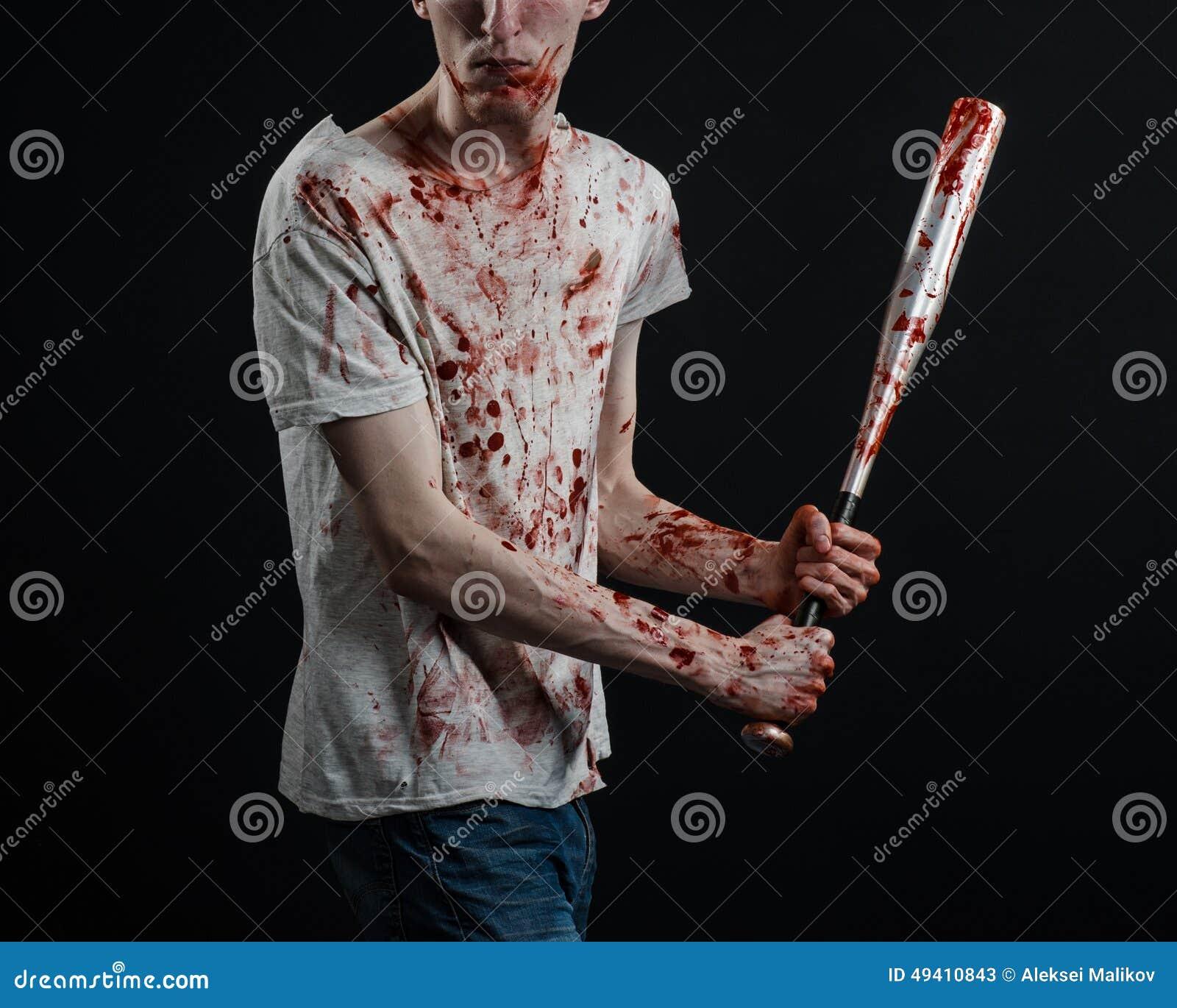 Download Blutiges Thema: Der Kerl In Einem Blutigen T-Shirt, Das Einen Blutigen Schläger Auf Einem Schwarzen Hintergrund Hält Stockbild - Bild von hand, dunkel: 49410843