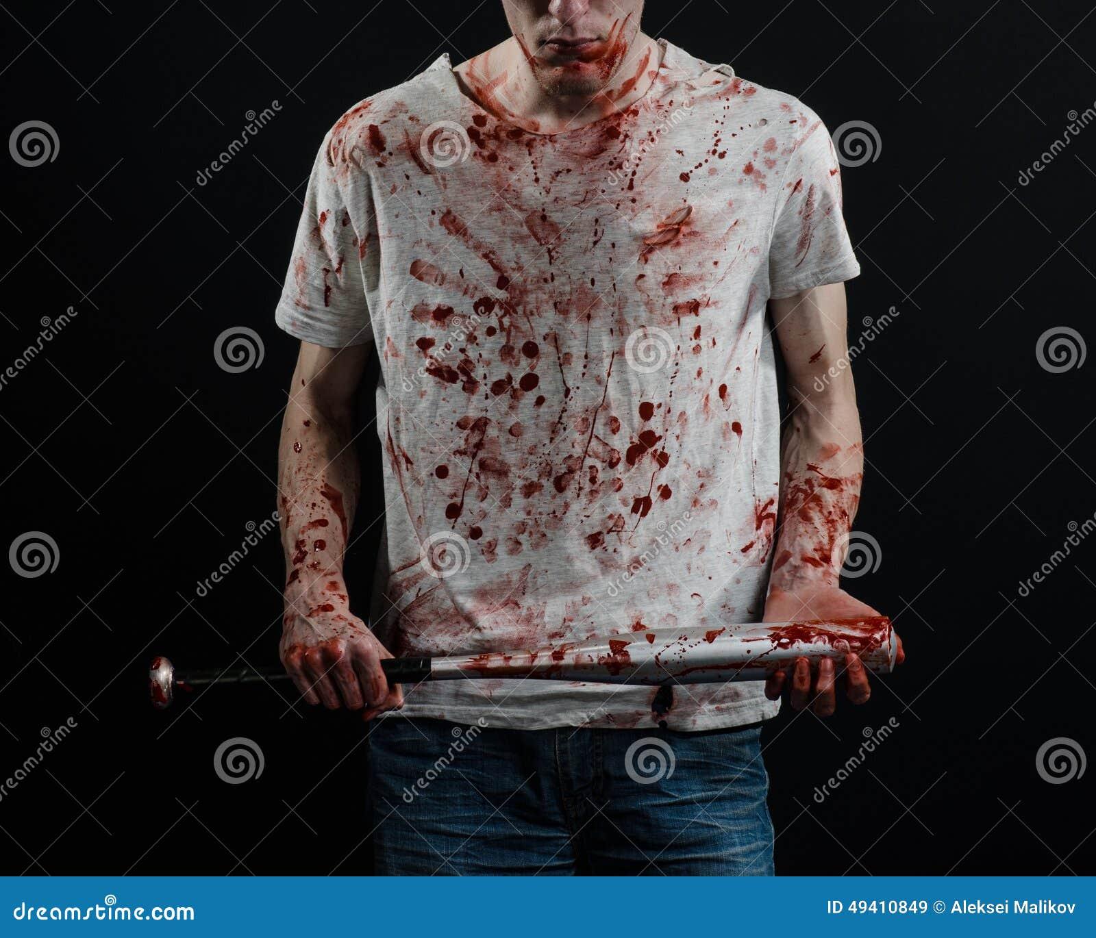Download Blutiges Thema: Der Kerl In Einem Blutigen T-Shirt, Das Einen Blutigen Schläger Auf Einem Schwarzen Hintergrund Hält Stockbild - Bild von zorn, schwarzes: 49410849