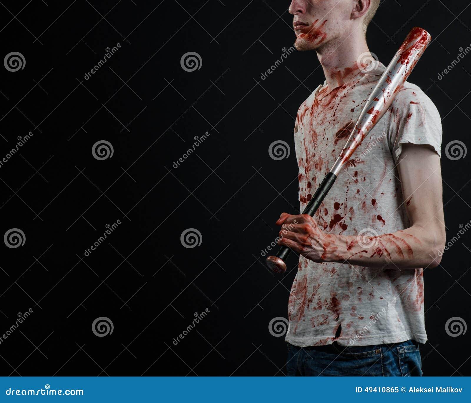 Download Blutiges Thema: Der Kerl In Einem Blutigen T-Shirt, Das Einen Blutigen Schläger Auf Einem Schwarzen Hintergrund Hält Stockbild - Bild von kriminell, verbrechen: 49410865