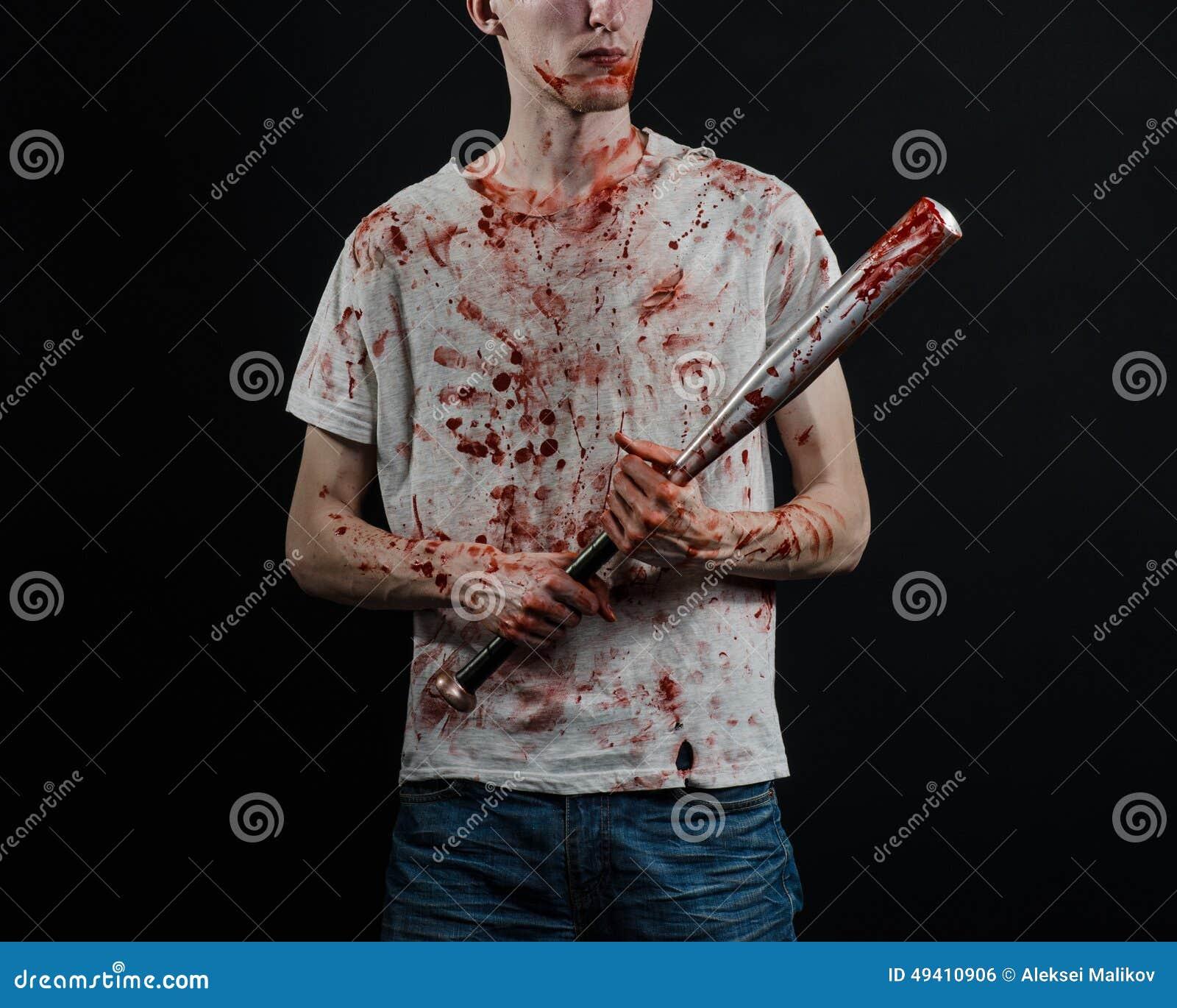 Download Blutiges Thema: Der Kerl In Einem Blutigen T-Shirt, Das Einen Blutigen Schläger Auf Einem Schwarzen Hintergrund Hält Stockfoto - Bild von schlag, mörder: 49410906