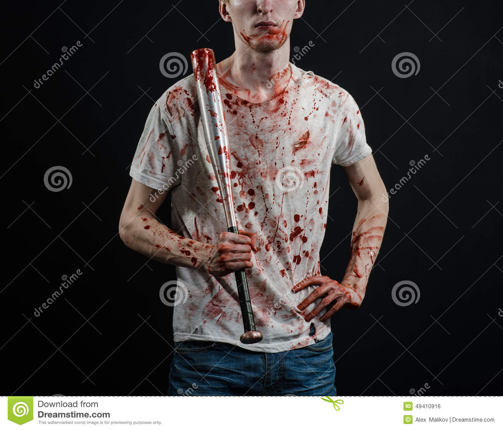 Download Blutiges Thema: Der Kerl In Einem Blutigen T-Shirt, Das Einen Blutigen Schläger Auf Einem Schwarzen Hintergrund Hält Stockfoto - Bild von mörder, schlacht: 49410916