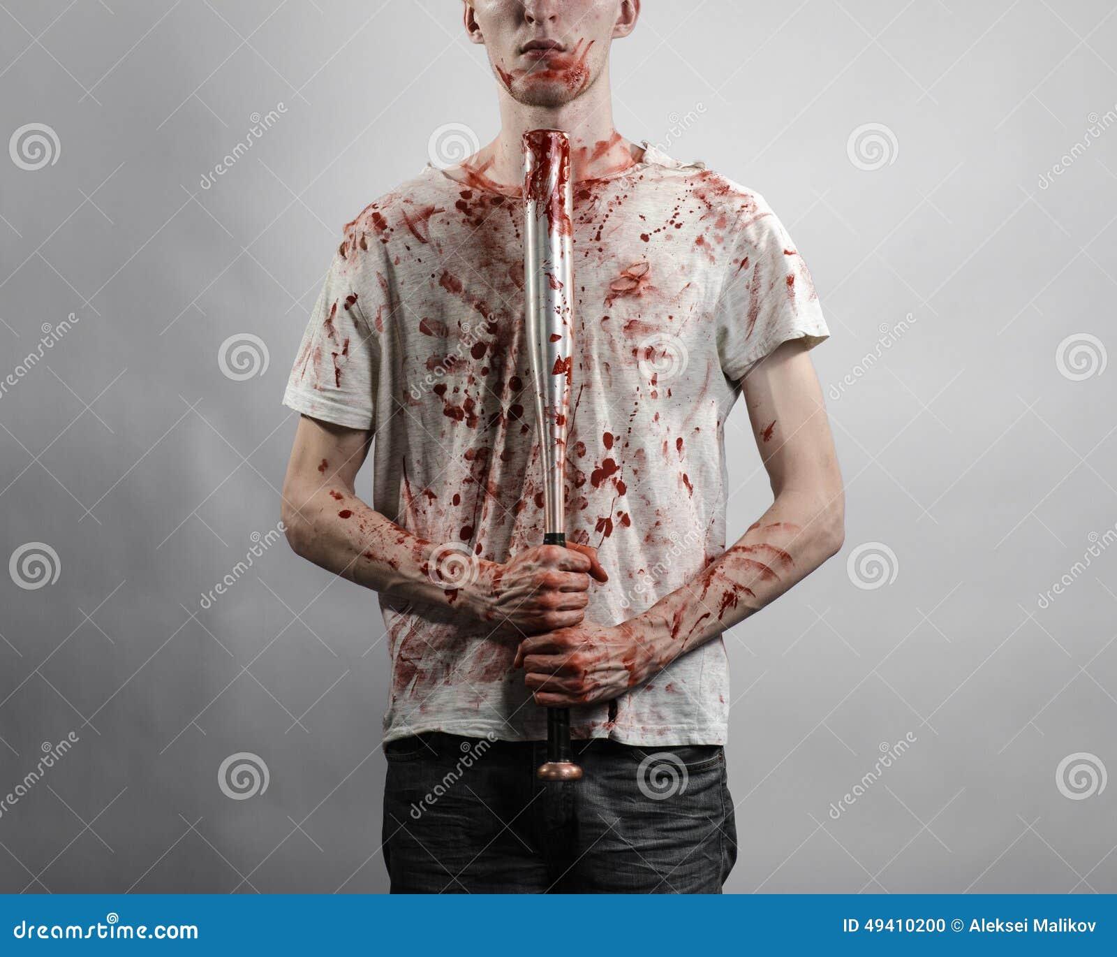 Download Blutiges Thema: Der Kerl In Einem Blutigen T-Shirt, Das Einen Blutigen Schläger Auf Einem Weißen Hintergrund Hält Stockfoto - Bild von kriminell, holding: 49410200