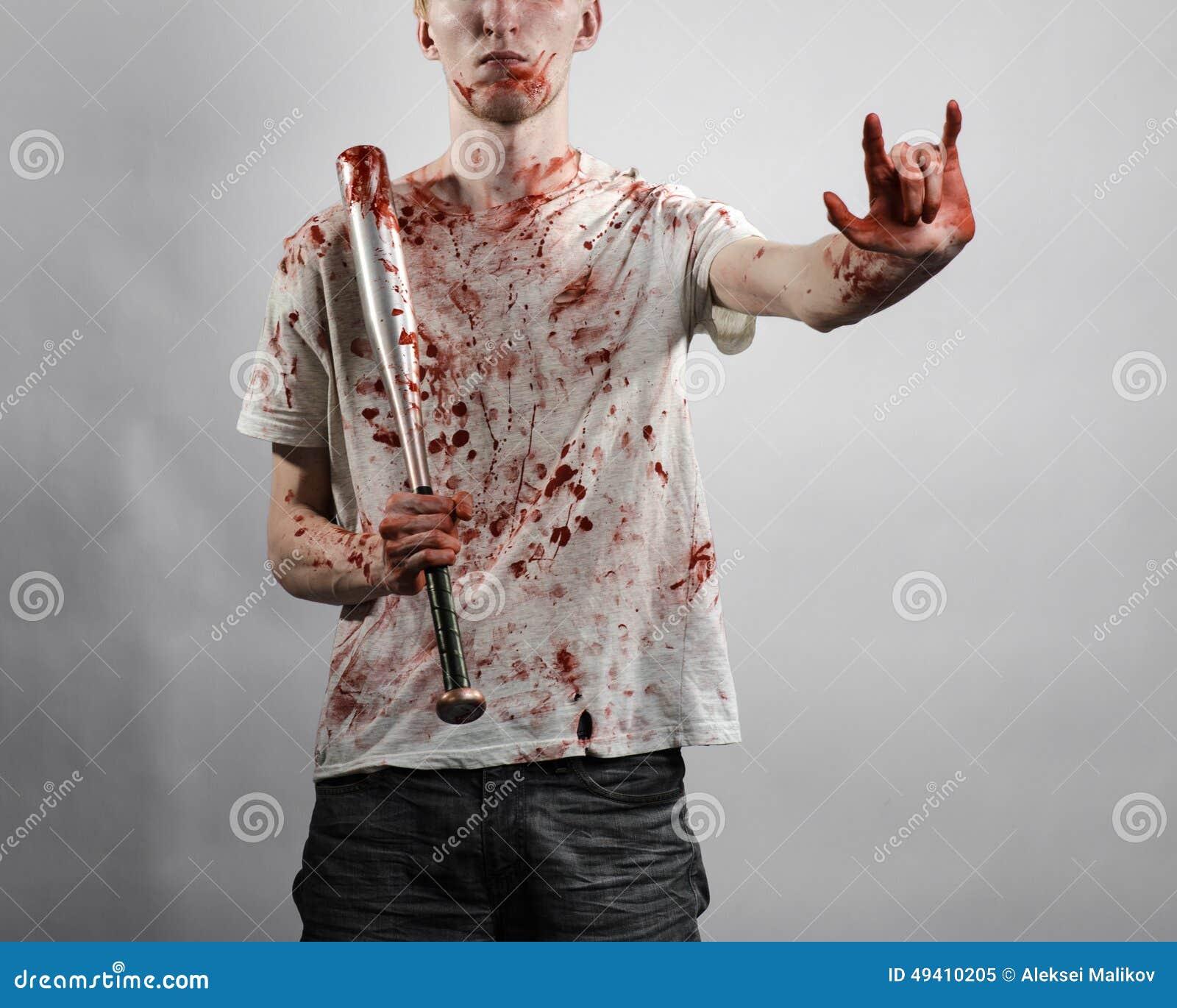 Download Blutiges Thema: Der Kerl In Einem Blutigen T-Shirt, Das Einen Blutigen Schläger Auf Einem Weißen Hintergrund Hält Stockbild - Bild von rowdy, gefahr: 49410205