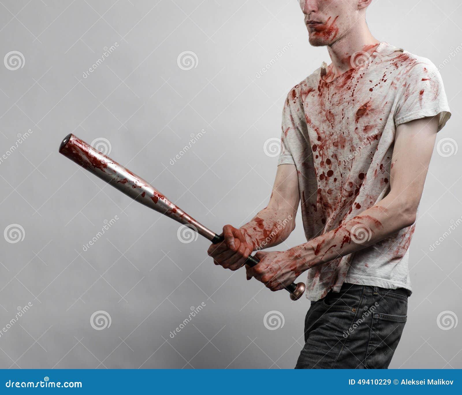 Download Blutiges Thema: Der Kerl In Einem Blutigen T-Shirt, Das Einen Blutigen Schläger Auf Einem Weißen Hintergrund Hält Stockbild - Bild von gefahr, rowdy: 49410229