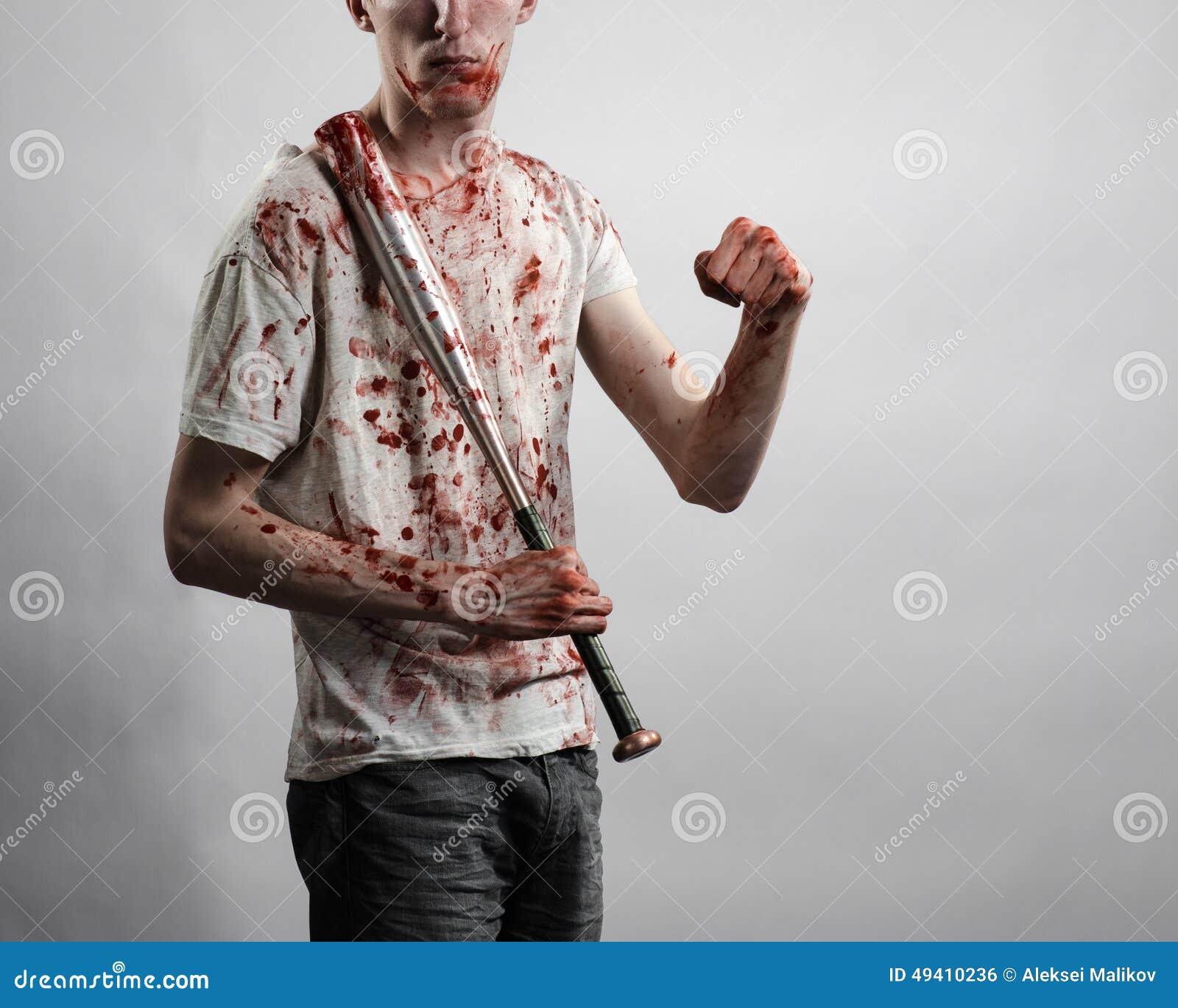 Download Blutiges Thema: Der Kerl In Einem Blutigen T-Shirt, Das Einen Blutigen Schläger Auf Einem Weißen Hintergrund Hält Stockfoto - Bild von grausigkeit, gruppe: 49410236