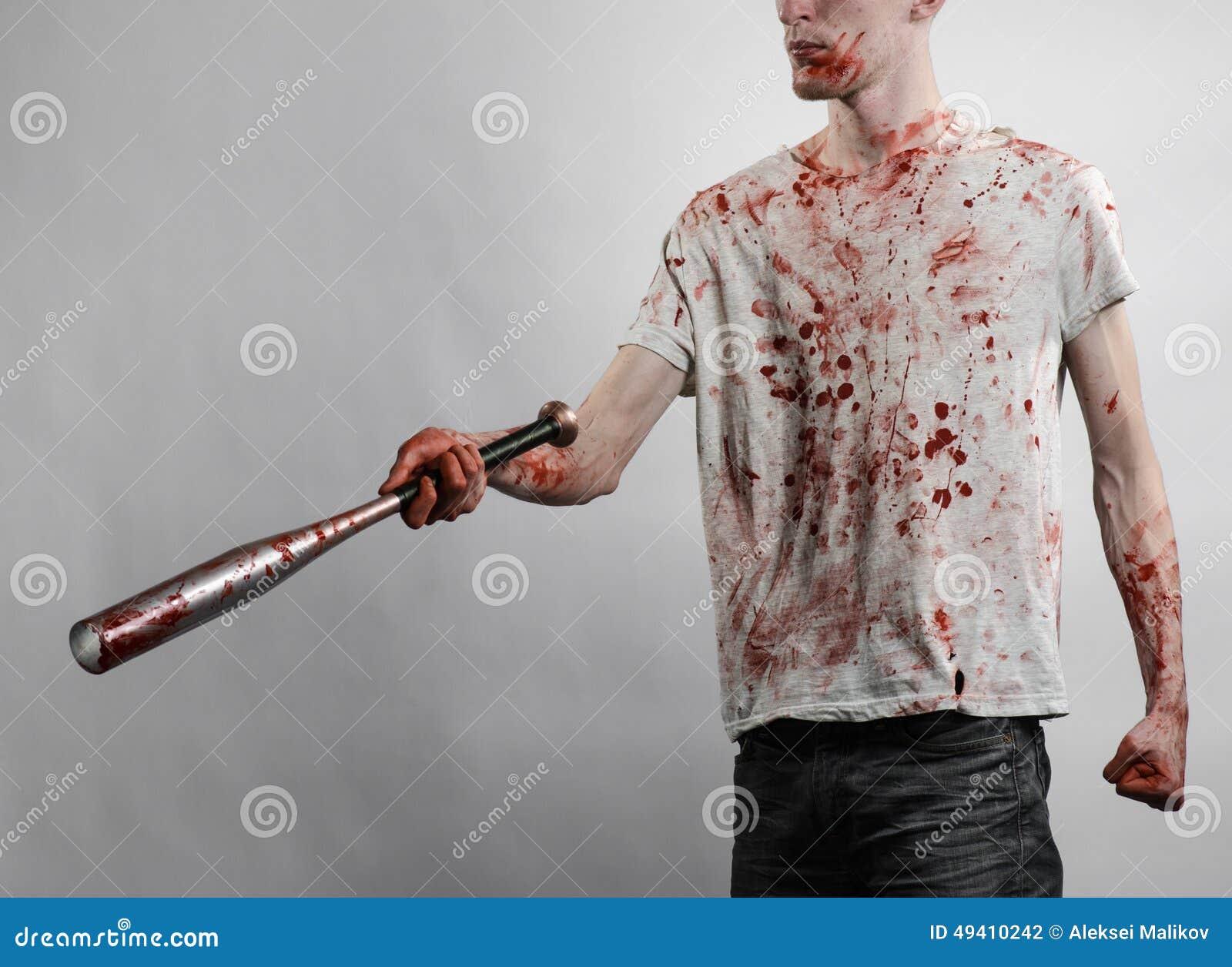 Download Blutiges Thema: Der Kerl In Einem Blutigen T-Shirt, Das Einen Blutigen Schläger Auf Einem Weißen Hintergrund Hält Stockfoto - Bild von kopf, kaukasisch: 49410242