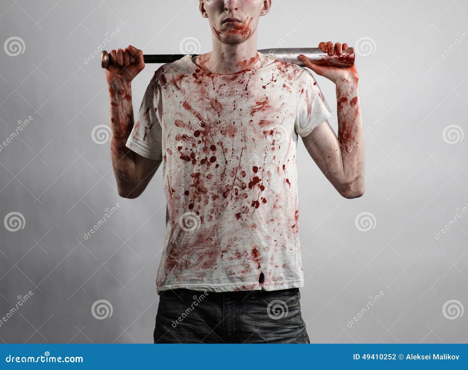Download Blutiges Thema: Der Kerl In Einem Blutigen T-Shirt, Das Einen Blutigen Schläger Auf Einem Weißen Hintergrund Hält Stockfoto - Bild von schlacht, halloween: 49410252