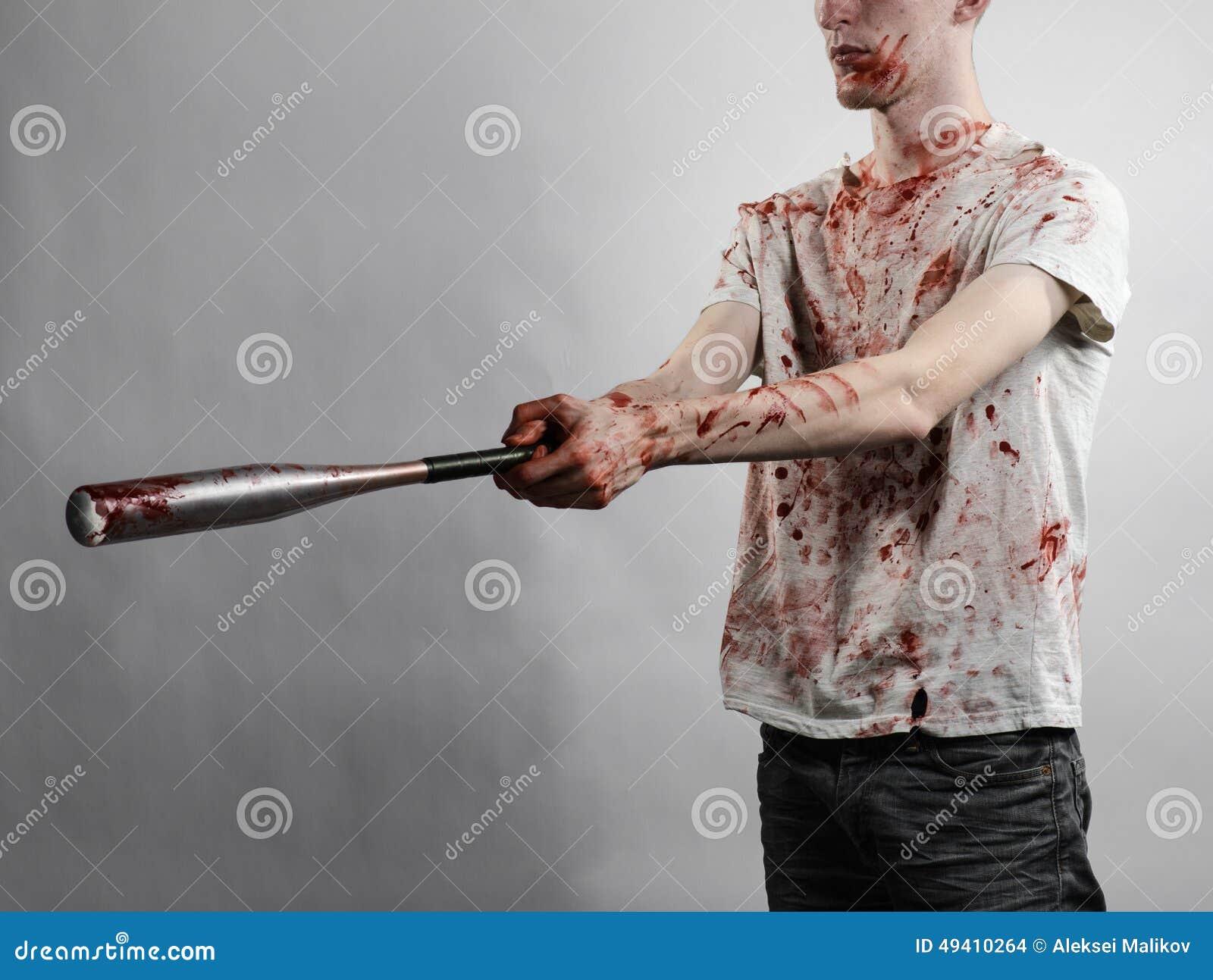 Download Blutiges Thema: Der Kerl In Einem Blutigen T-Shirt, Das Einen Blutigen Schläger Auf Einem Weißen Hintergrund Hält Stockfoto - Bild von gangster, dunkel: 49410264
