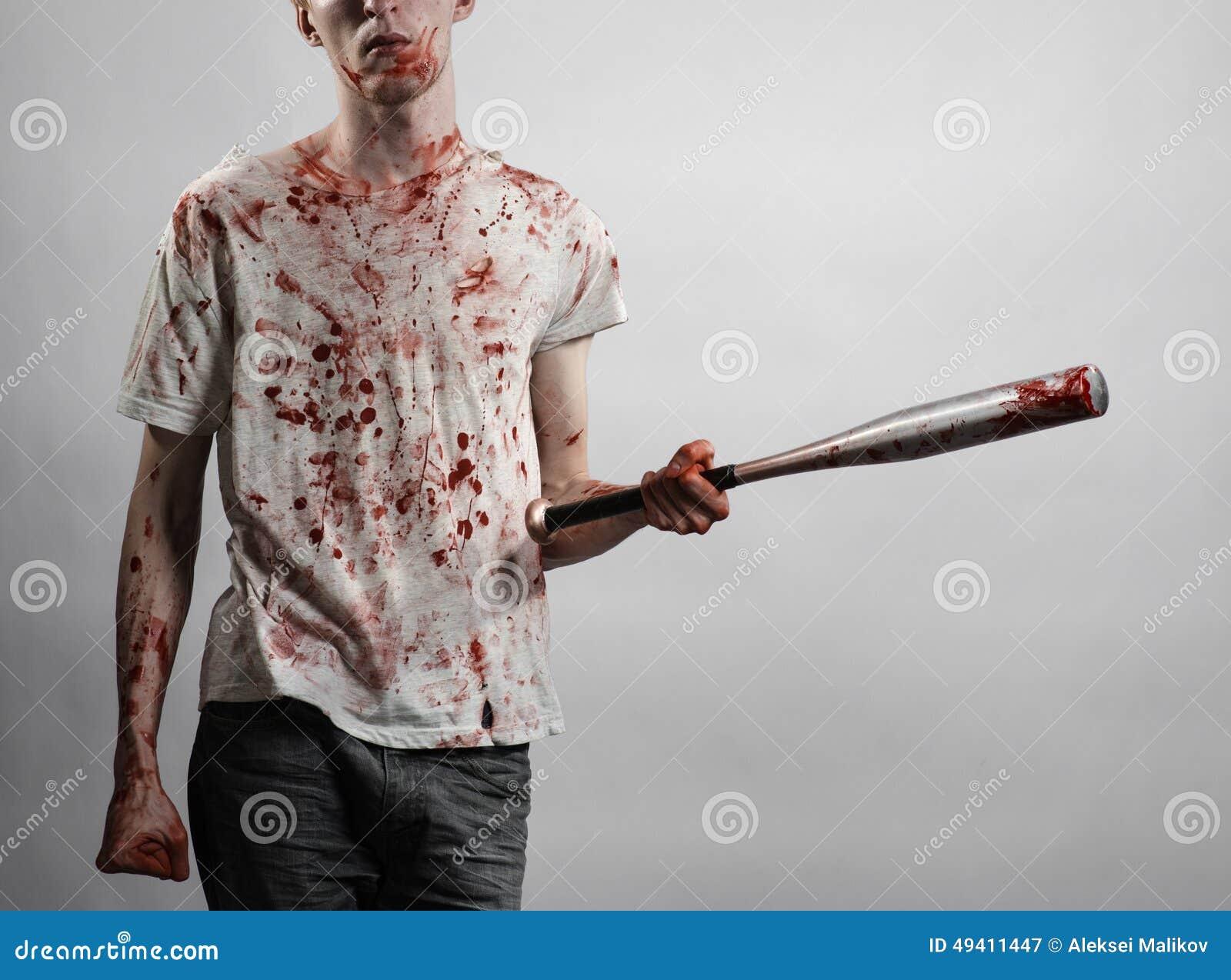 Download Blutiges Thema: Der Kerl In Einem Blutigen T-Shirt, Das Einen Blutigen Schläger Auf Einem Weißen Hintergrund Hält Stockbild - Bild von blut, baseball: 49411447