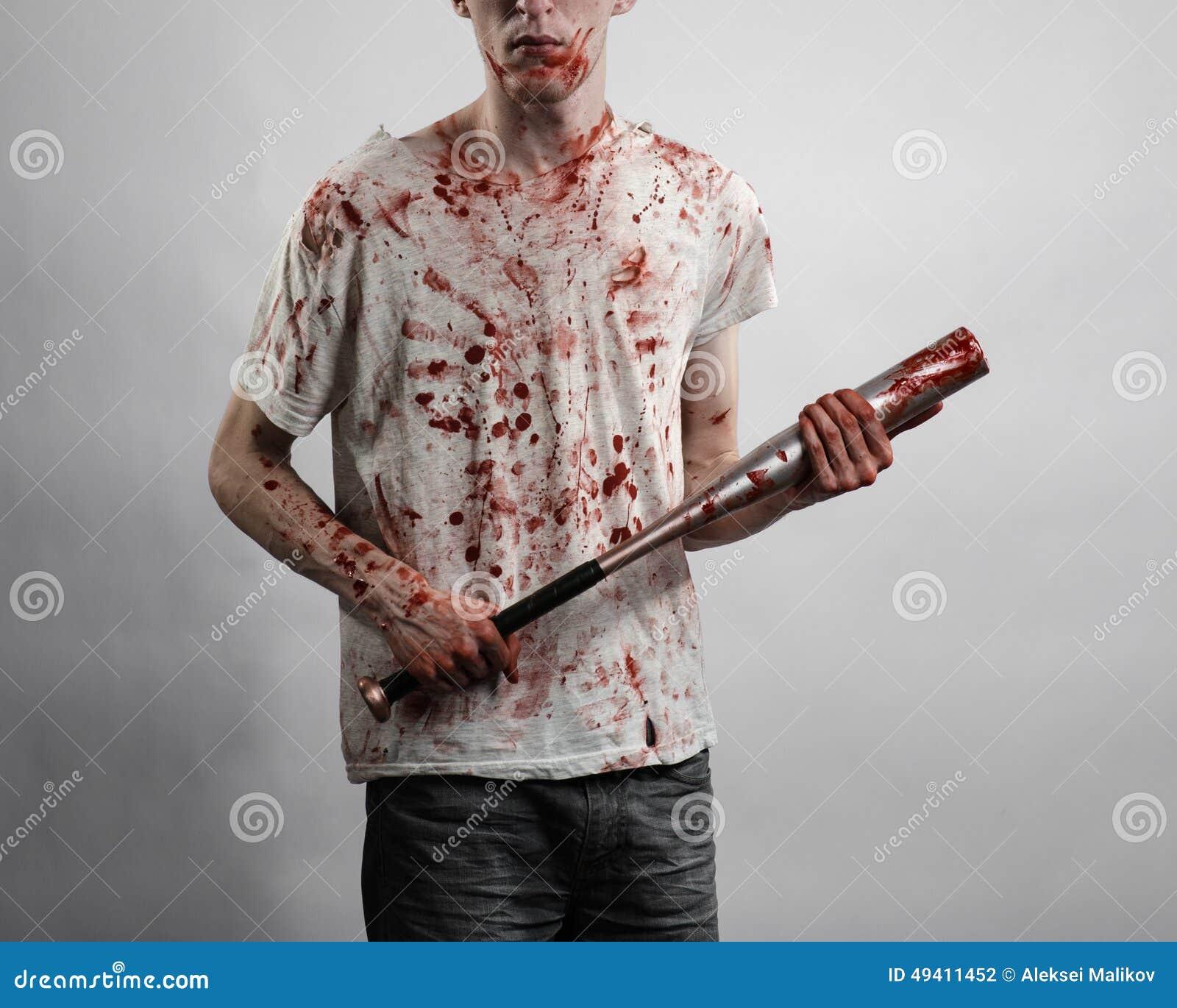 Download Blutiges Thema: Der Kerl In Einem Blutigen T-Shirt, Das Einen Blutigen Schläger Auf Einem Weißen Hintergrund Hält Stockfoto - Bild von kaukasisch, angriff: 49411452