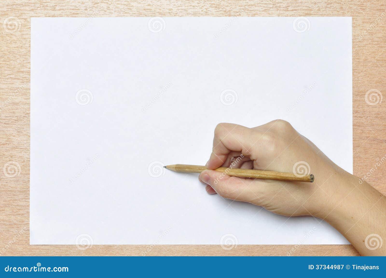 Blyertspenna i hand.