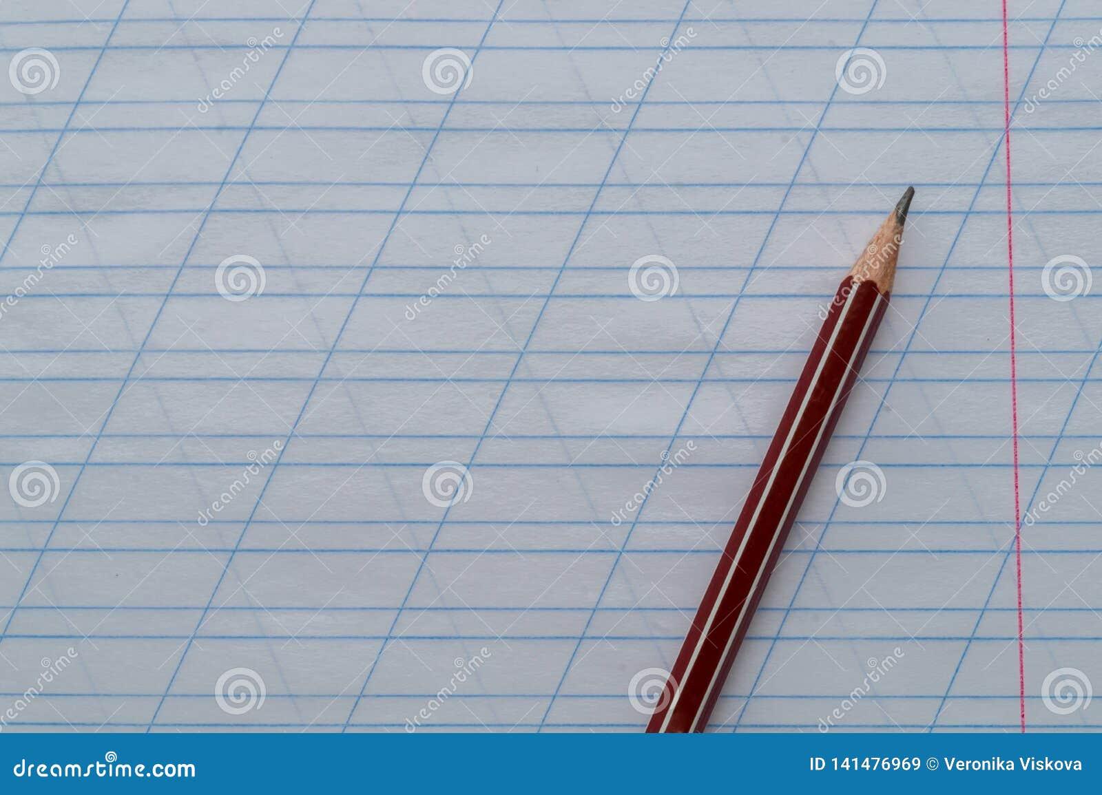Blyertspennan ligger överst av anteckningsboken i den sneda linjalen Top beskådar kopiera avstånd