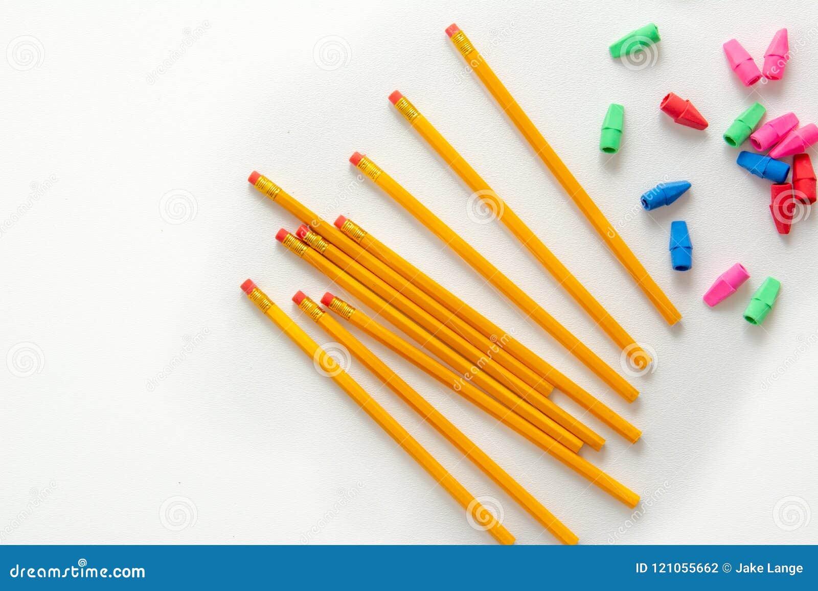 Blyertspennor och färgrika radergummin från över