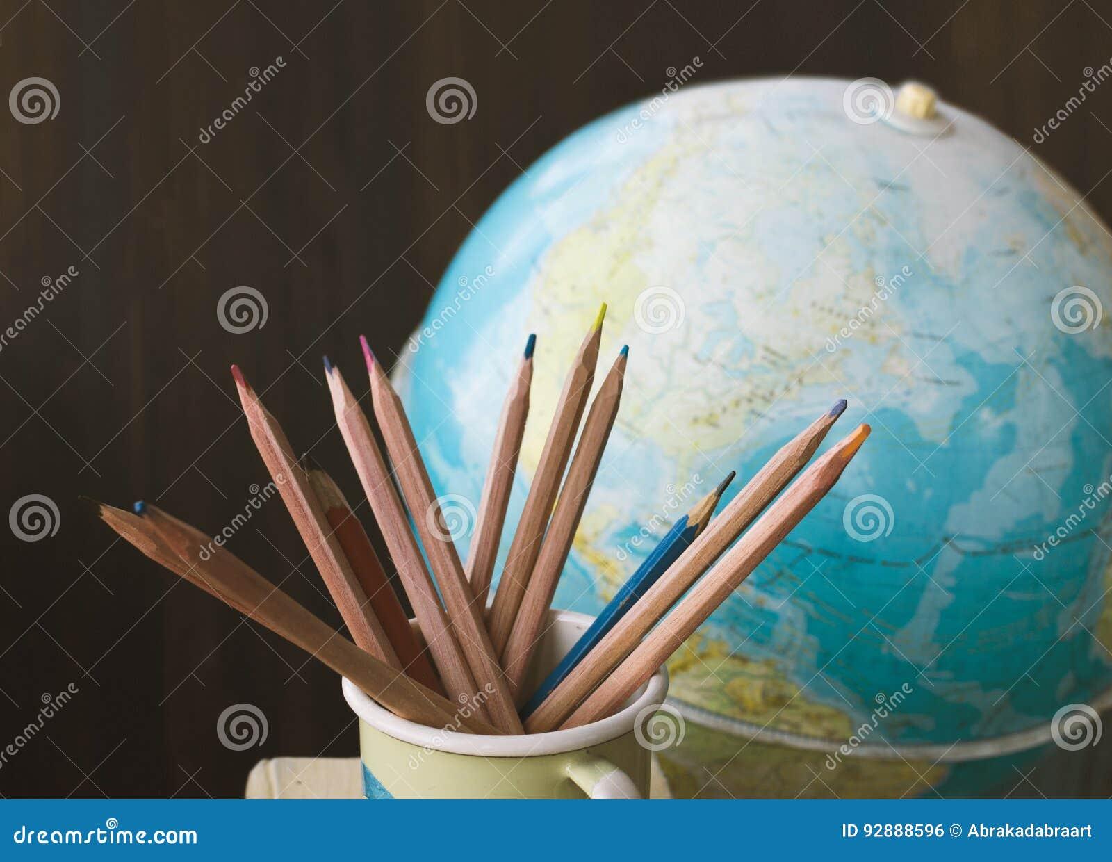 Blyertspennor och jordklot för gammal skola, tillbaka till skolabakgrund