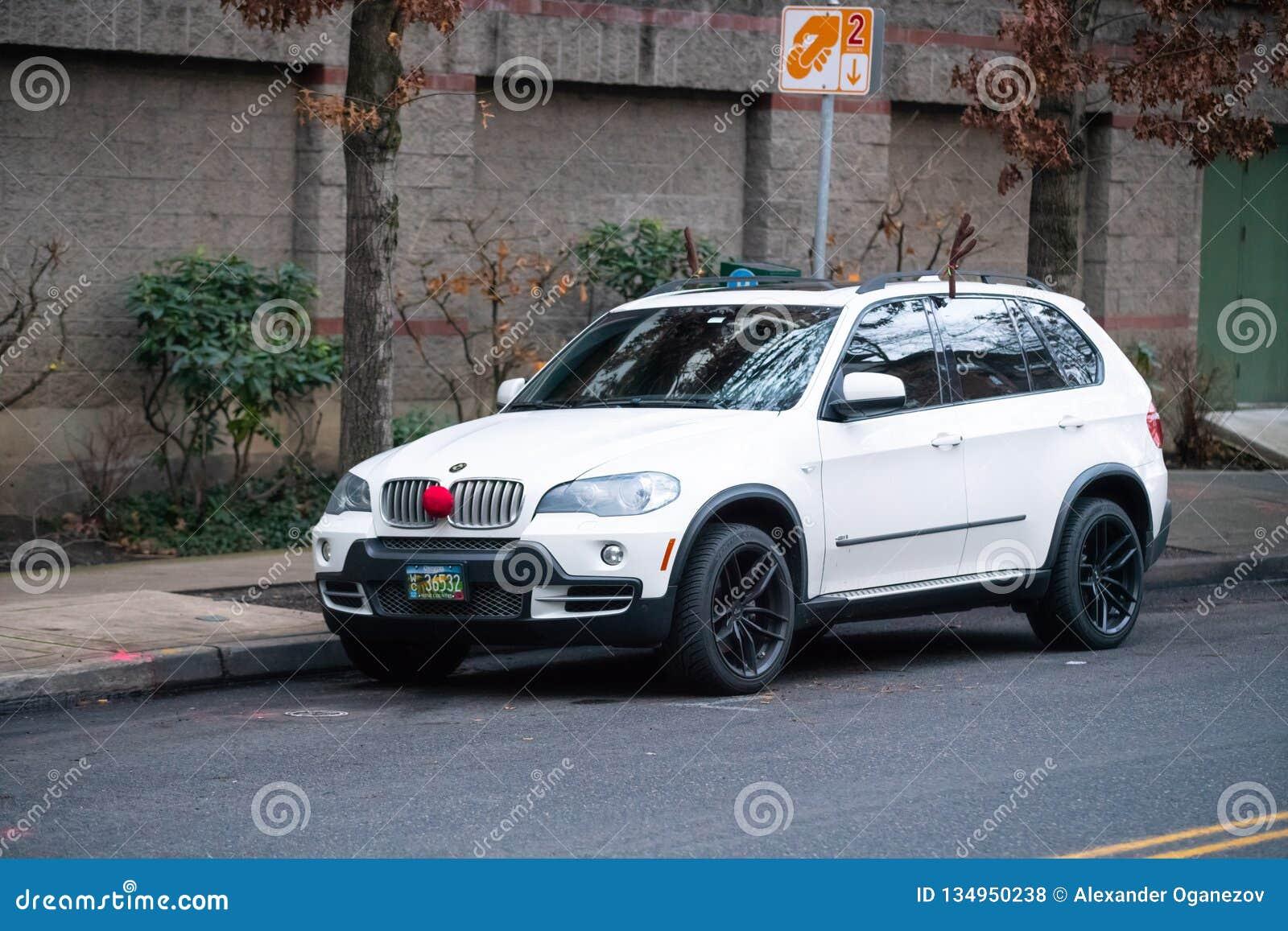 BMW blanc décoré en ornements de Noël