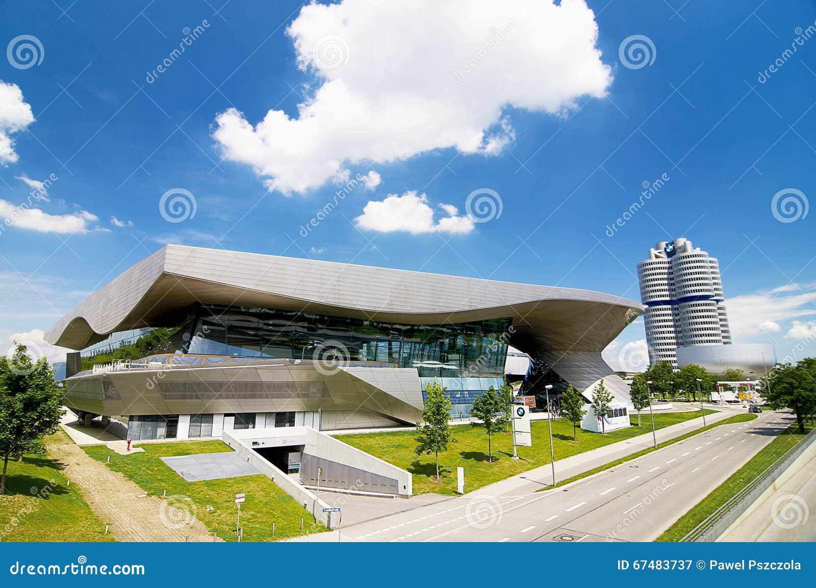BMW huset i Munich lokaliseras bredvid högkvarteret av ett företag och museet av BMW