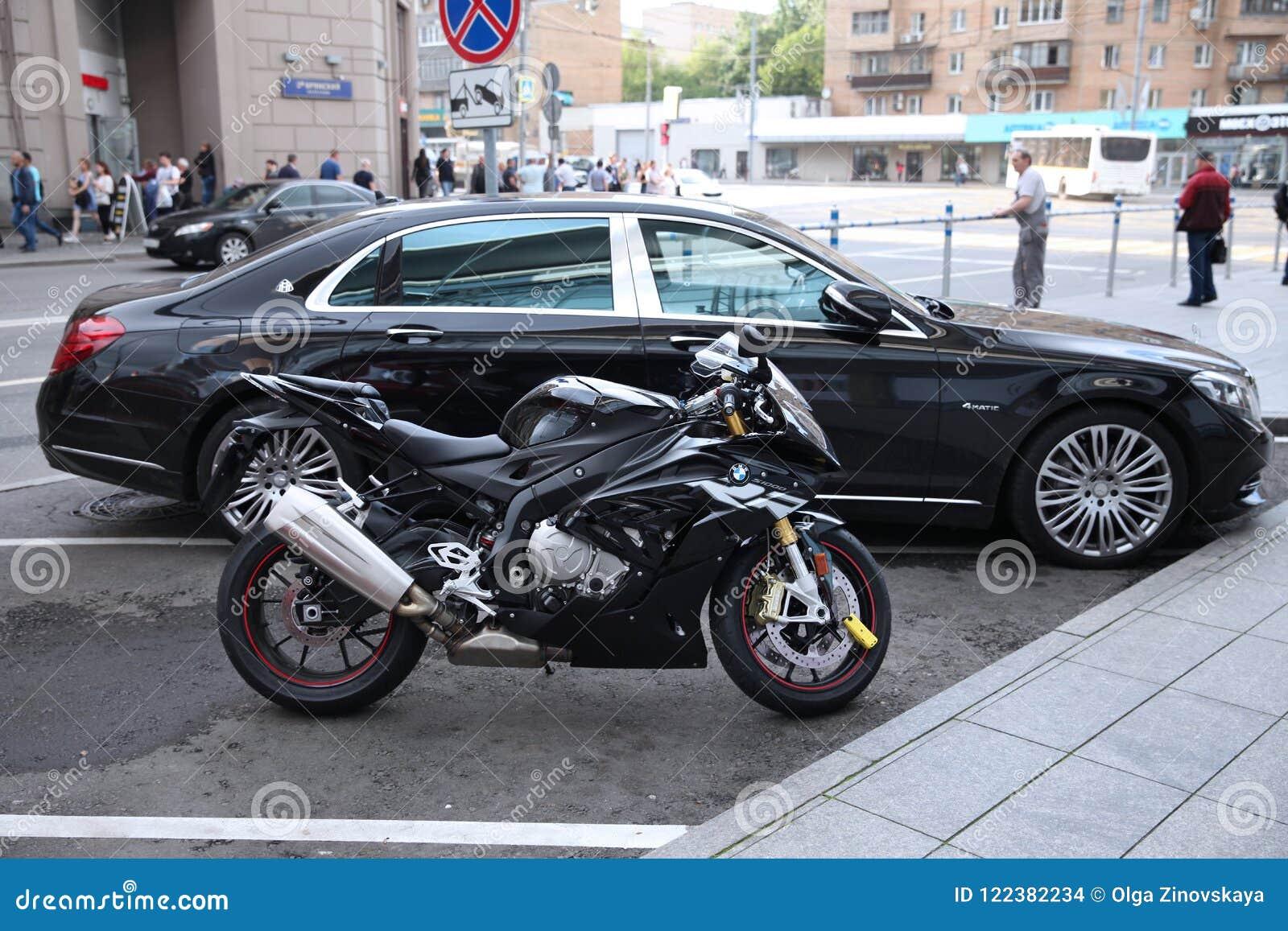 Bmw Motorrad Auf Dem Hintergrund Von Mercedes Benz Im Parken Redaktionelles Stockbild Bild Von Motorrad Mercedes 122382234