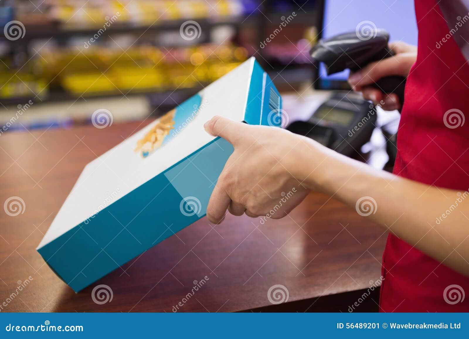 Boîte à céréale de balayage de main-d œuvre féminine