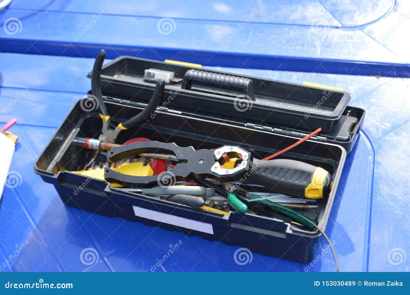 Boîte à outils sur la surface bleue pour l électricien ou le mécanicien