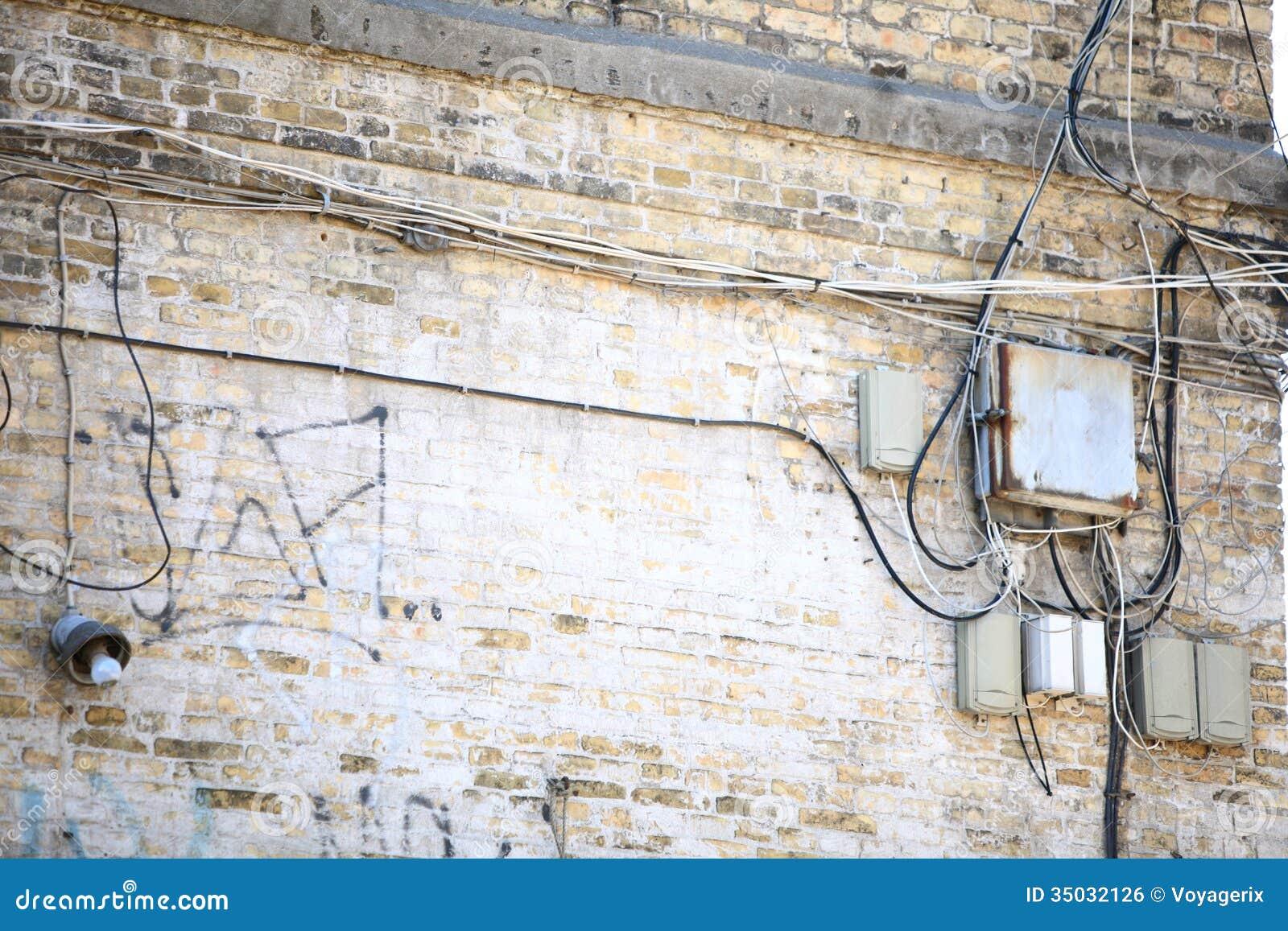 bo te lectrique de contr leur et embrouillement des c bles sur le mur de briques image libre de. Black Bedroom Furniture Sets. Home Design Ideas