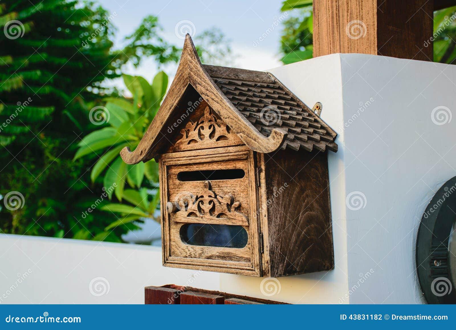 bo te aux lettres en bois d cor e avec l 39 appui de boulons. Black Bedroom Furniture Sets. Home Design Ideas