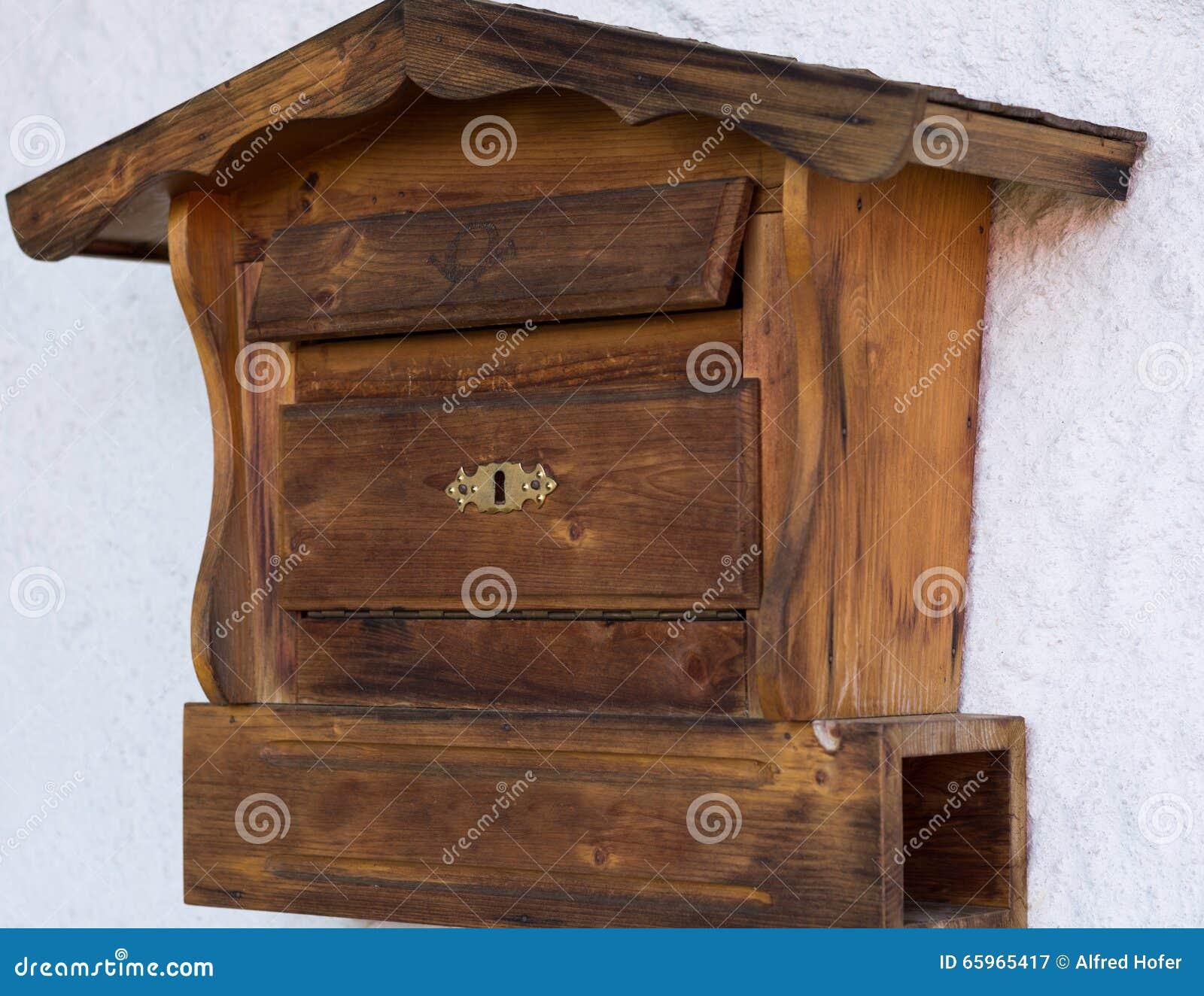 boîte aux lettres en bois originale image stock - image du