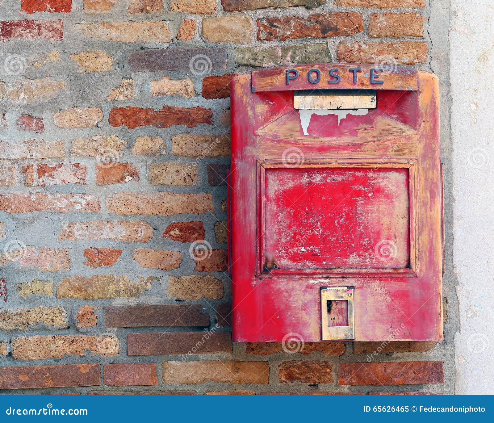 Boîte aux lettres rouge où expédier des lettres et des cartes postales