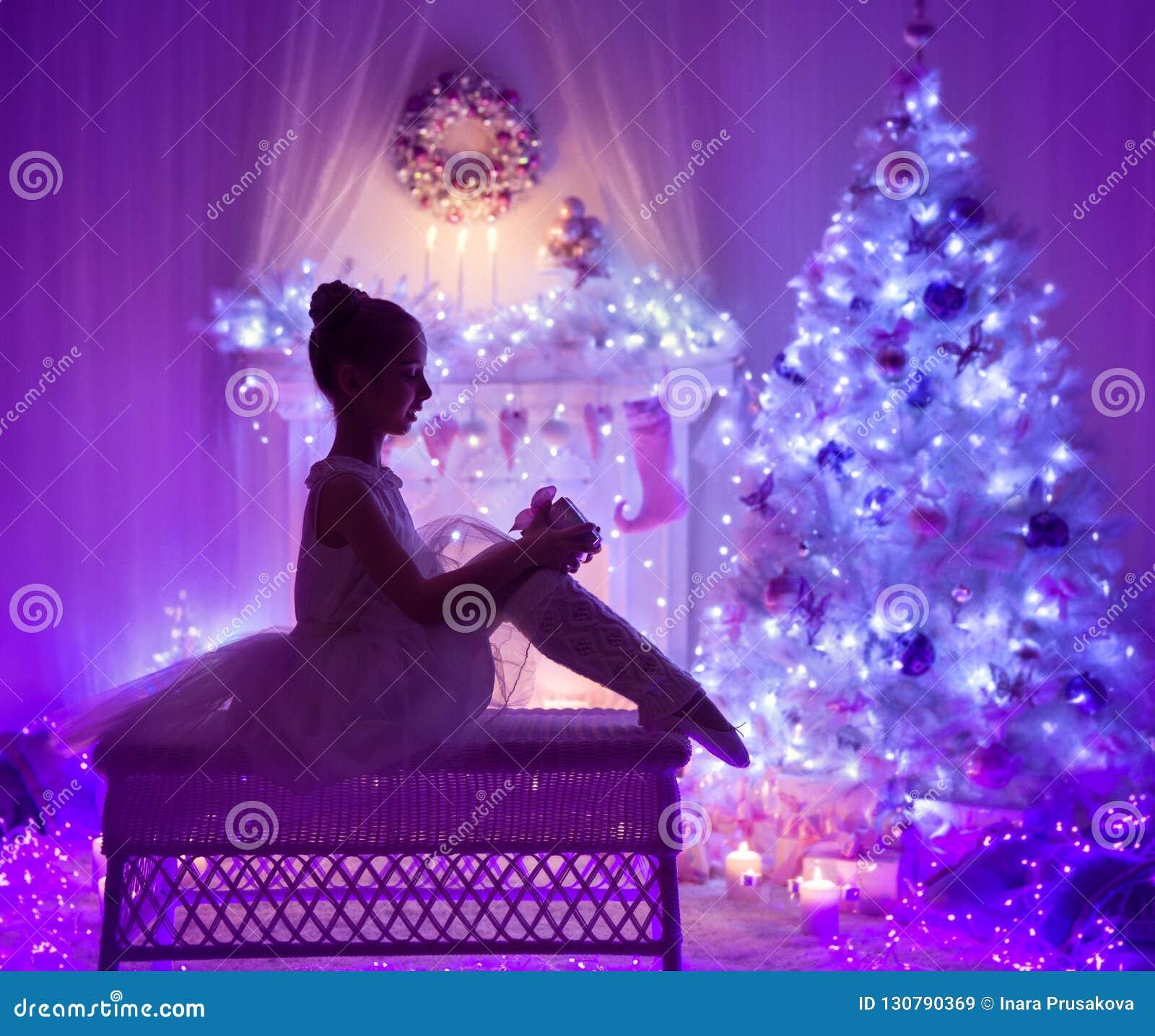 Boîte-cadeau actuel ouvert d enfant de Noël, cheminée d arbre de Noël