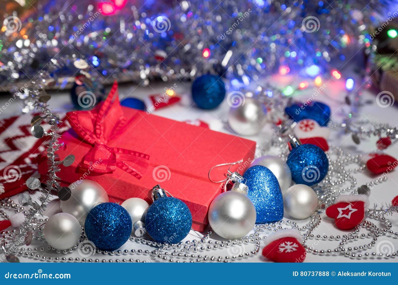 Boîte-cadeau avec l arc rouge sur le fond abstrait