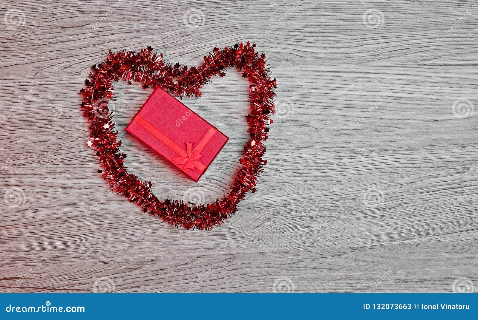 Boîte-cadeau avec la décoration en forme de coeur