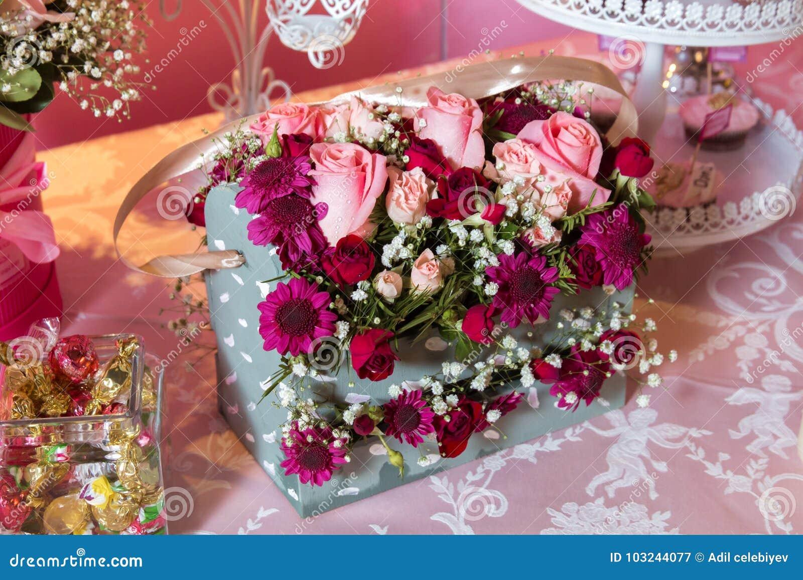 Boite Cadeau Avec Les Roses Colorees Bouquet Quadrangulaire De Fleur