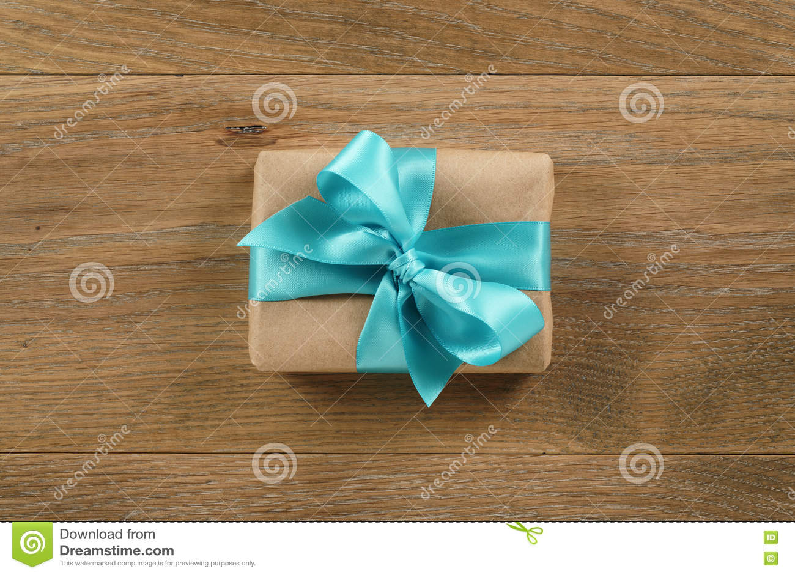 Table En Bois Chene Clair boîte-cadeau de brown avec l'arc bleu-clair de ruban sur la