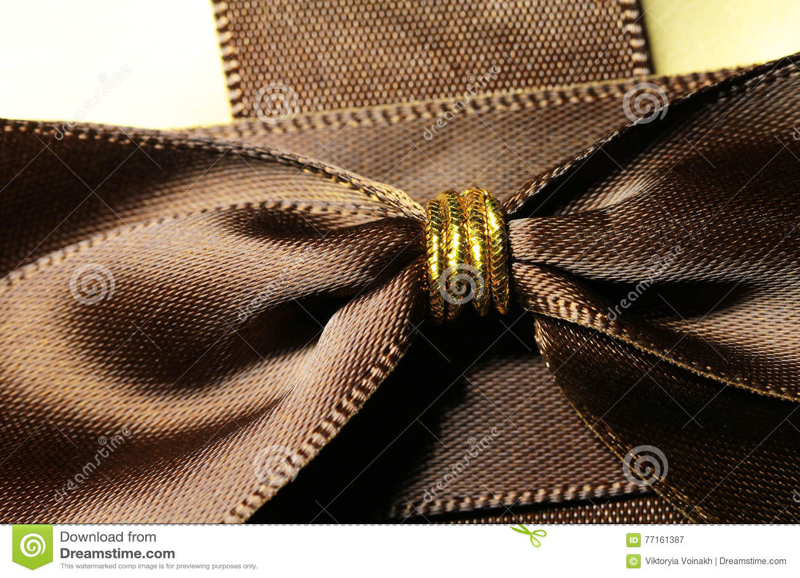 Boîte-cadeau de couleur d or