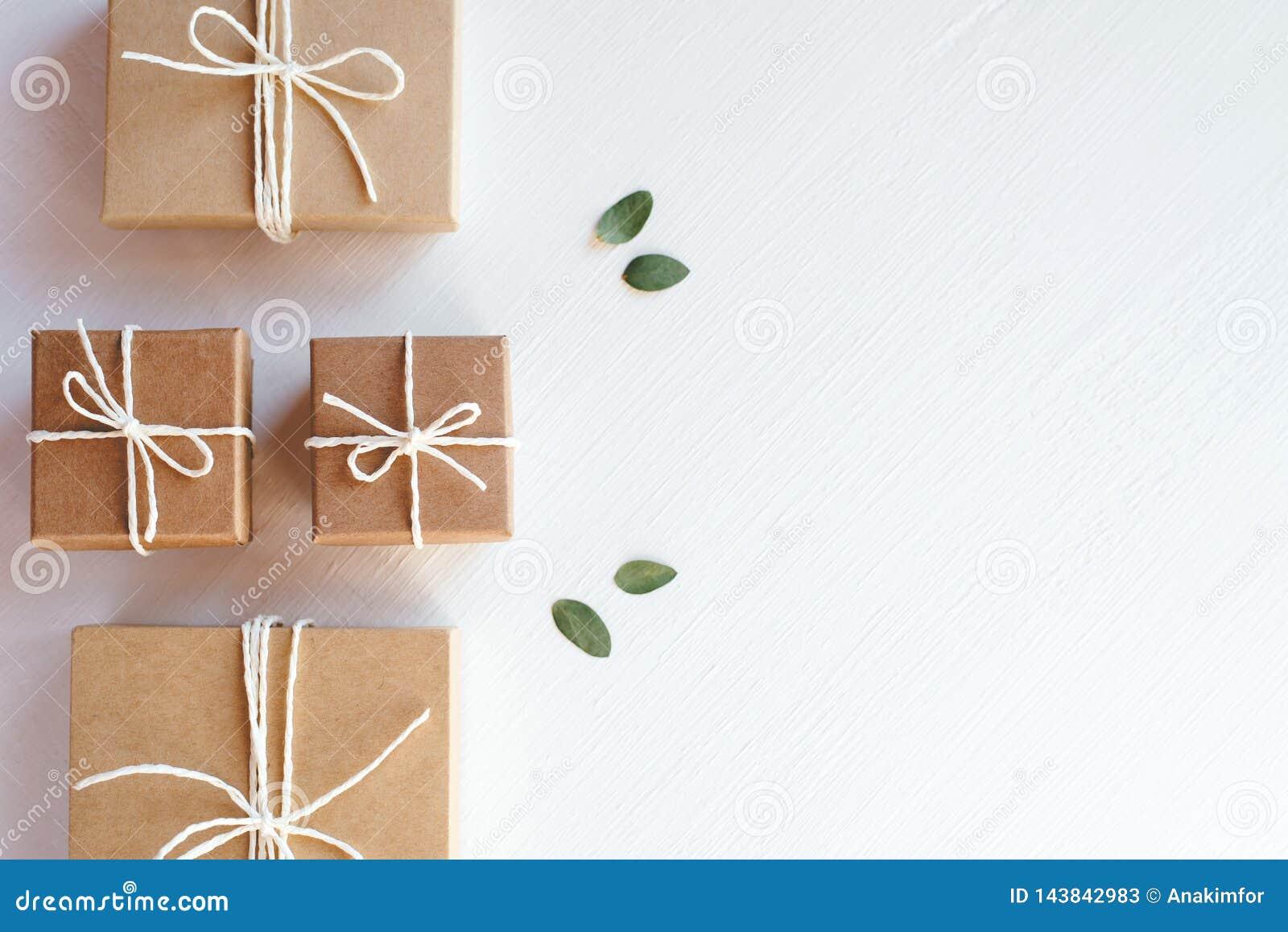Boîte-cadeau de métier sur le fond blanc
