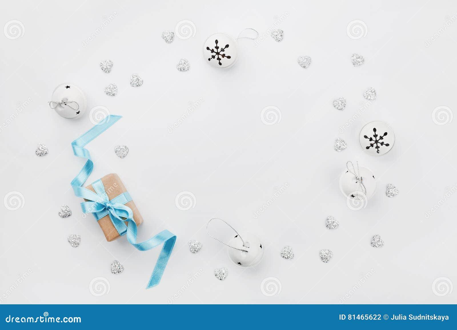 Boîte-cadeau de Noël avec le ruban bleu et tintement du carillon sur la table blanche d en haut Carte de voeux de vacances Maquet