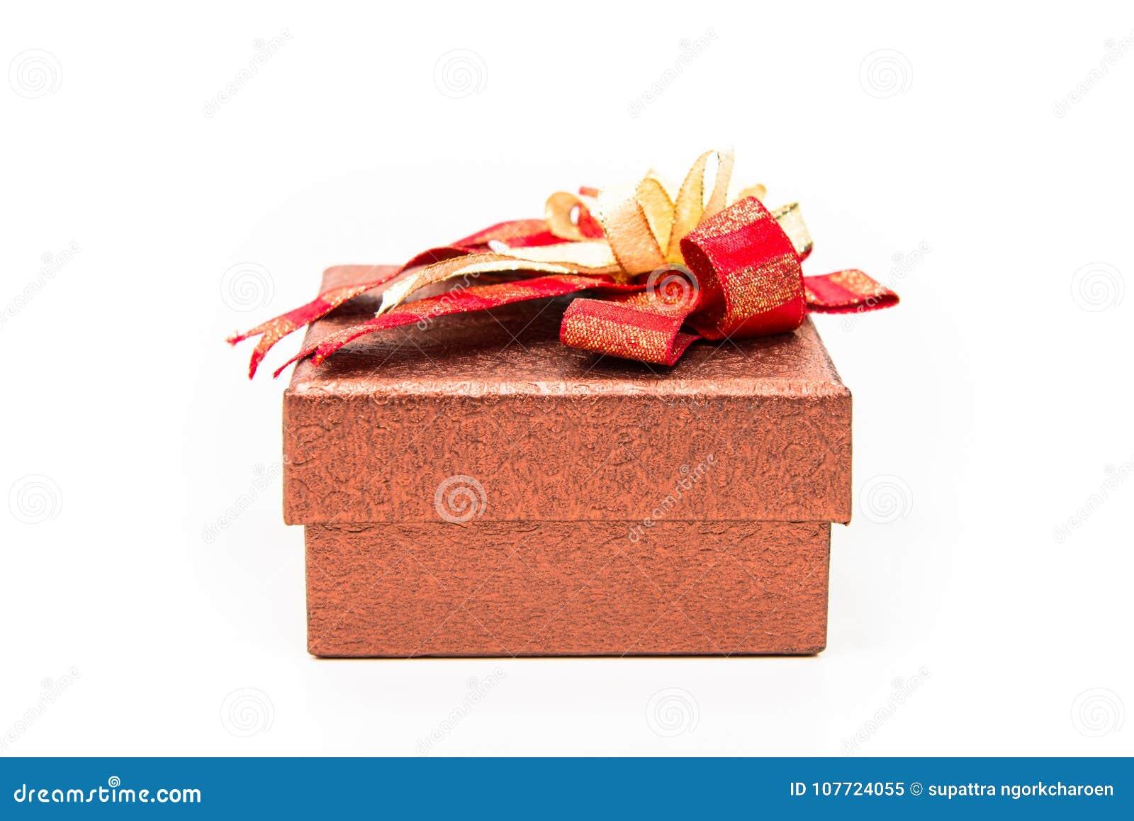 Boîte-cadeau de place rouge avec l arc d or sur le fond blanc