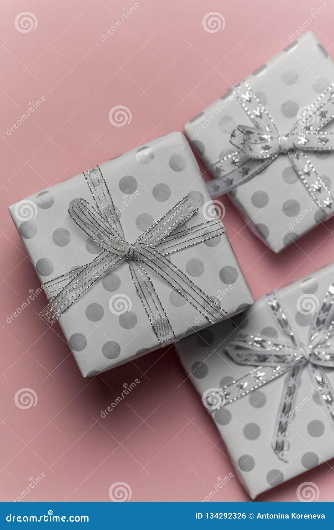 Boîte Cadeau En Pois Avec Les Arcs Argentés Au Fond Rose